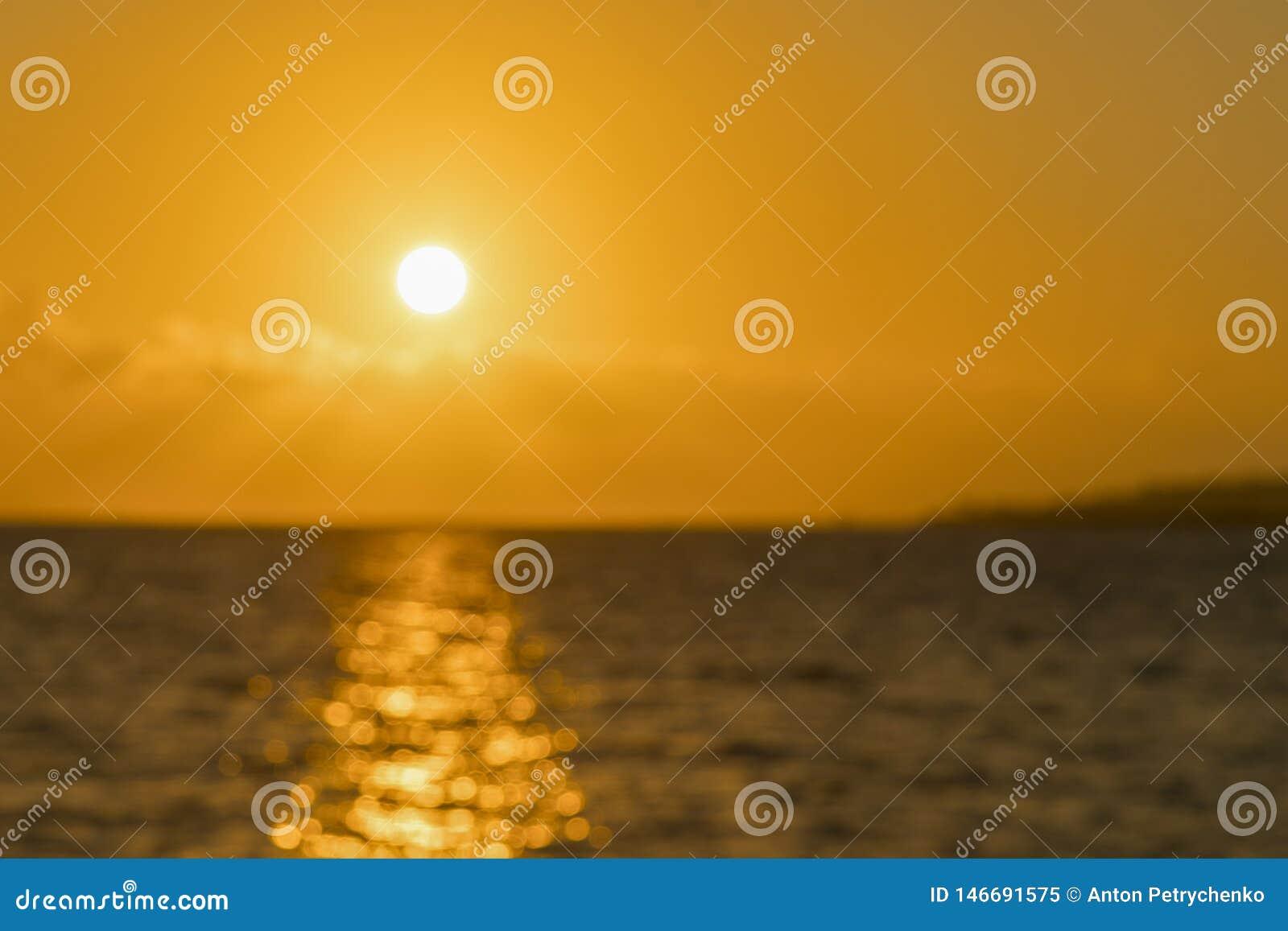 Alvorecer colorido sobre o mar, por do sol Por do sol m?gico bonito sobre o mar blurry