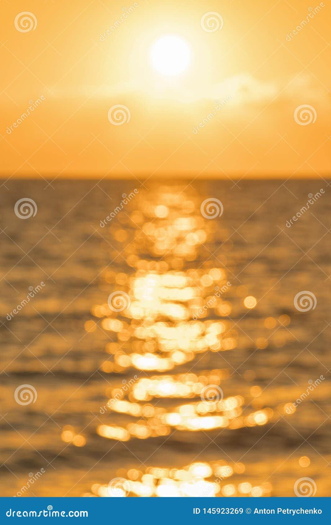 Alvorecer colorido sobre o mar, por do sol Por do sol m?gico bonito sobre o mar blurry Foto vertical blurry