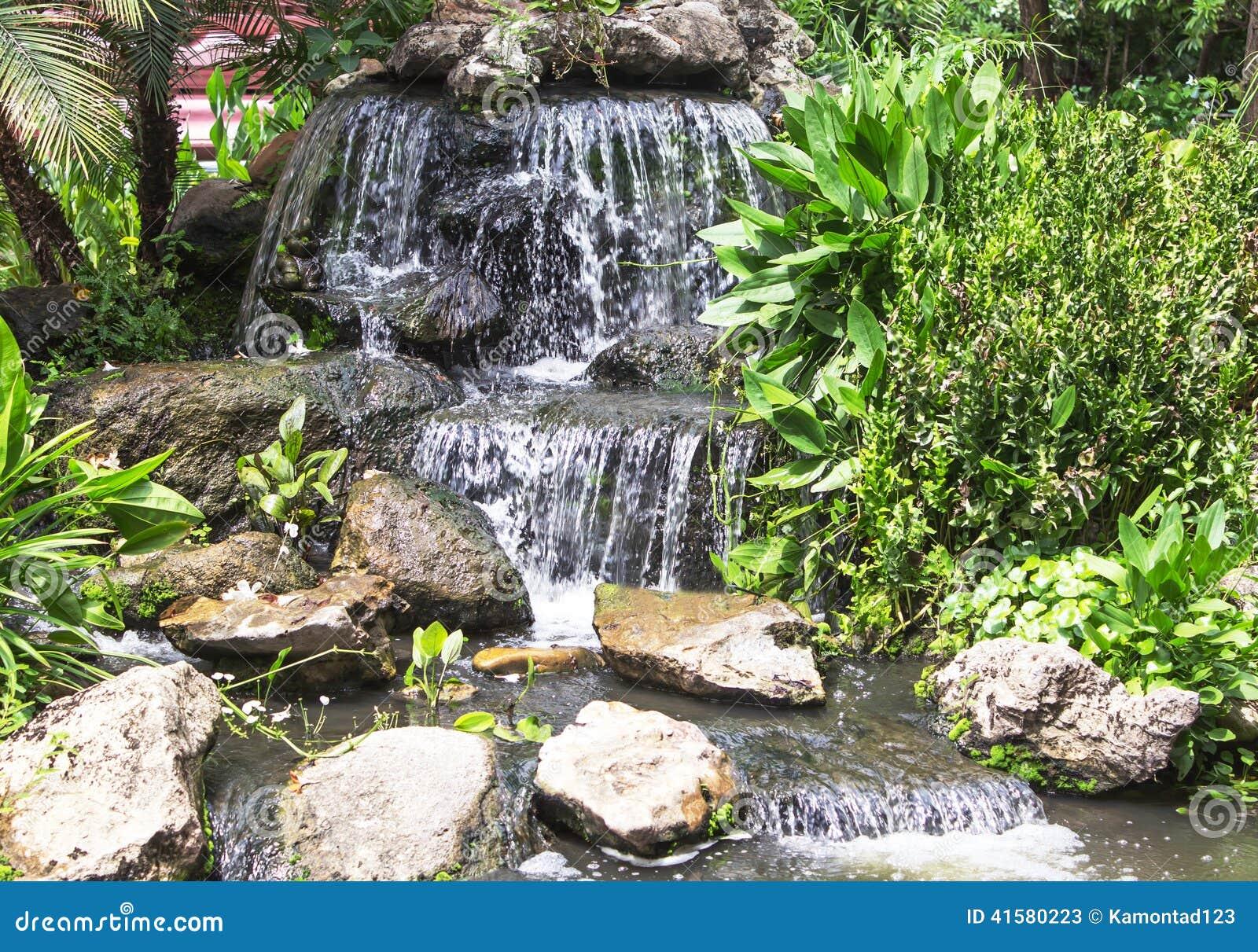 am nagement une cascade et un tang en pierre photo stock image 41580223. Black Bedroom Furniture Sets. Home Design Ideas