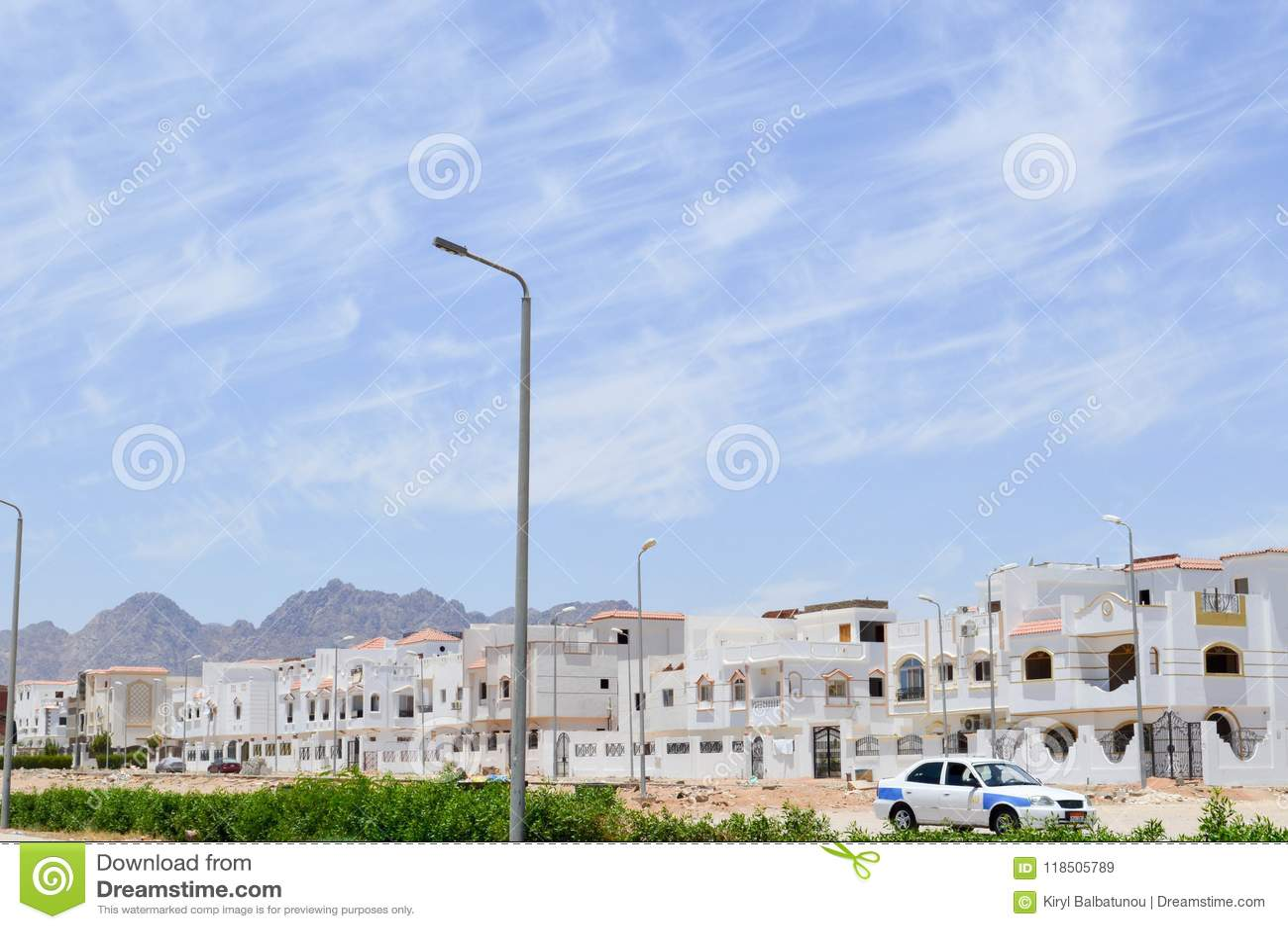 Aménagez en parc avec de petits maisons, cottages et maisons urbaines carrés blancs sur la rue islamique musulmane arabe en Egypt