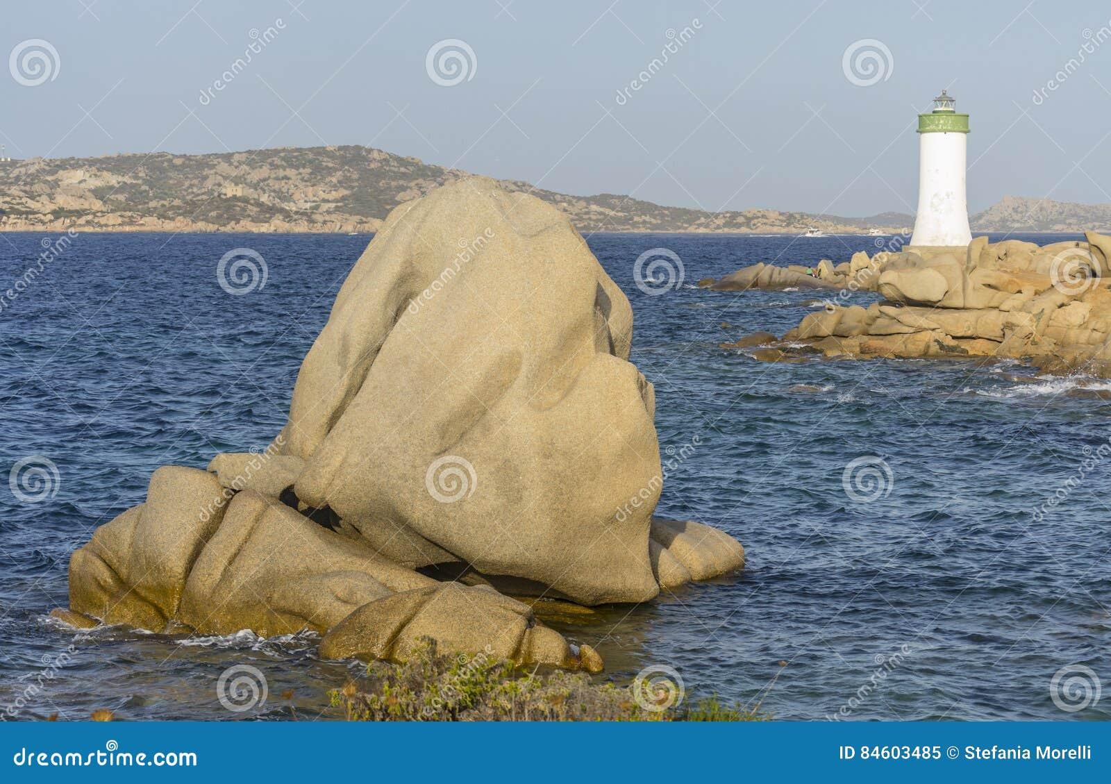 Aménagez en parc avec le phare et les roches près des Palaos Sardaigne, Italie