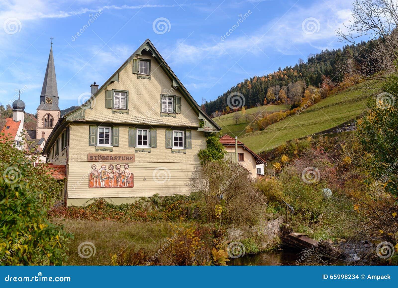 Aménagez la campagne en parc d automne avec les fermes en bois sur la colline verte et les montagnes à l arrière-plan, Allemagne
