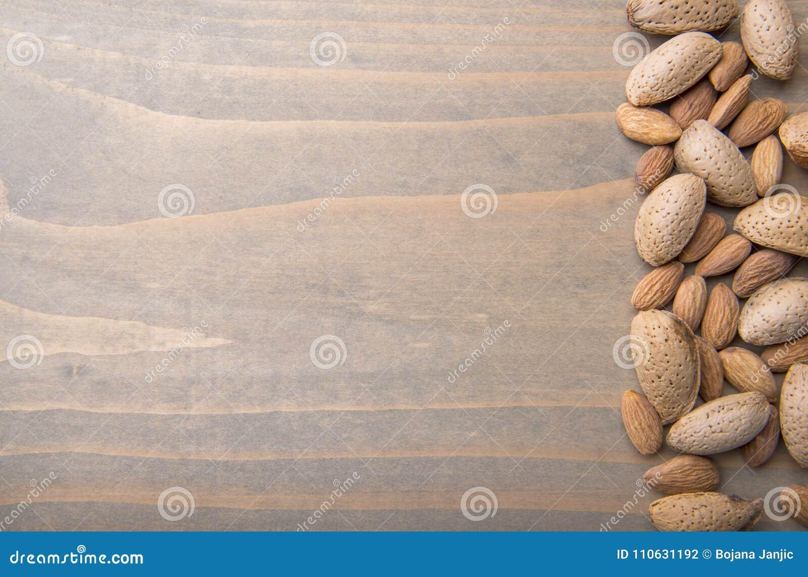 Amêndoas no fundo de madeira