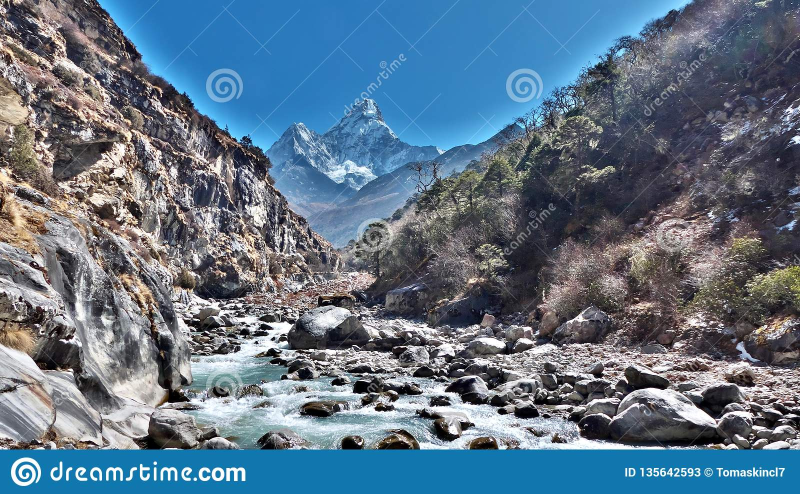 Ama Dablam i bakgrunden, flod mellan berg