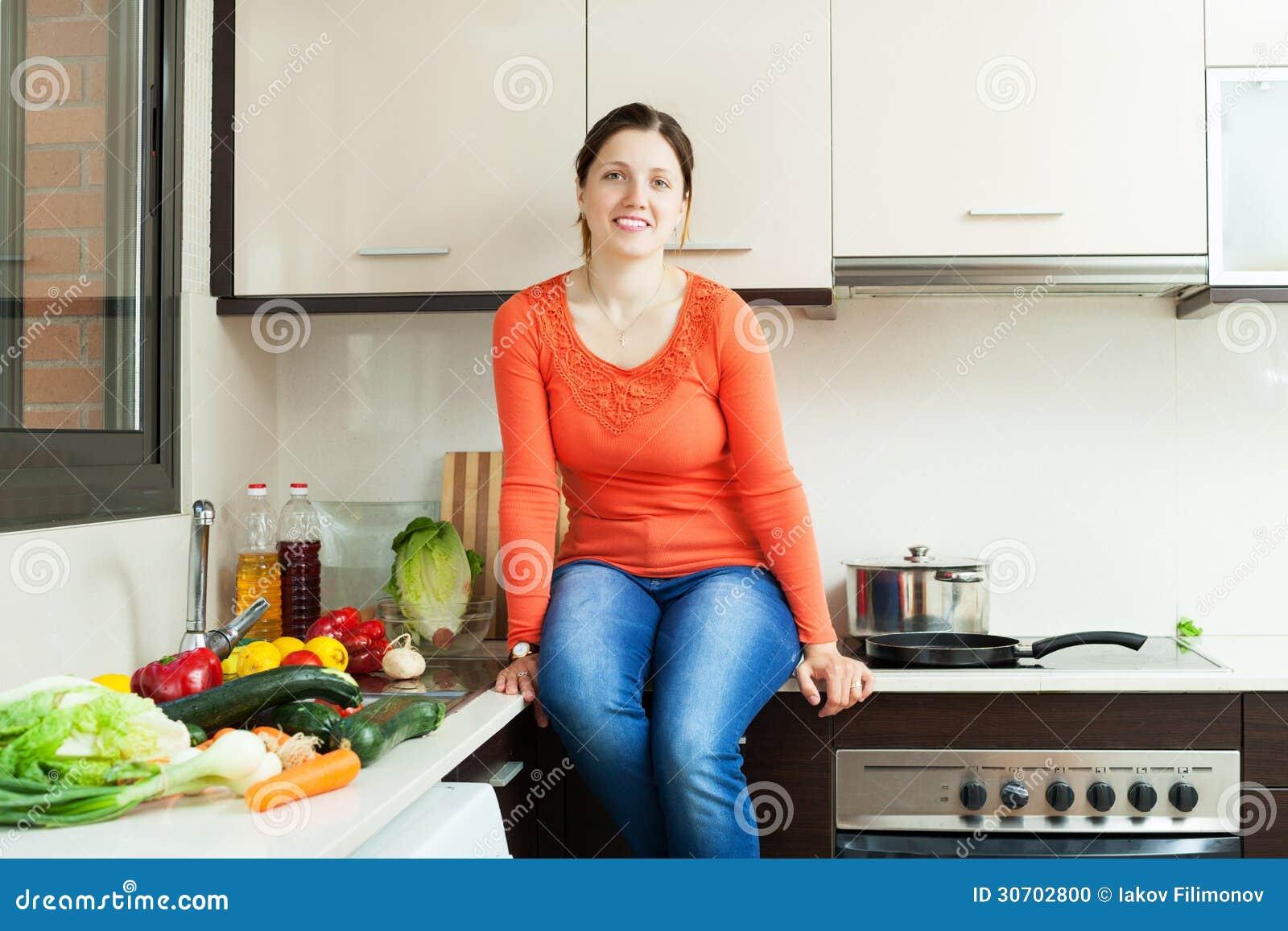 Ama de casa en la cocina casera foto de archivo imagen for La cocina casera