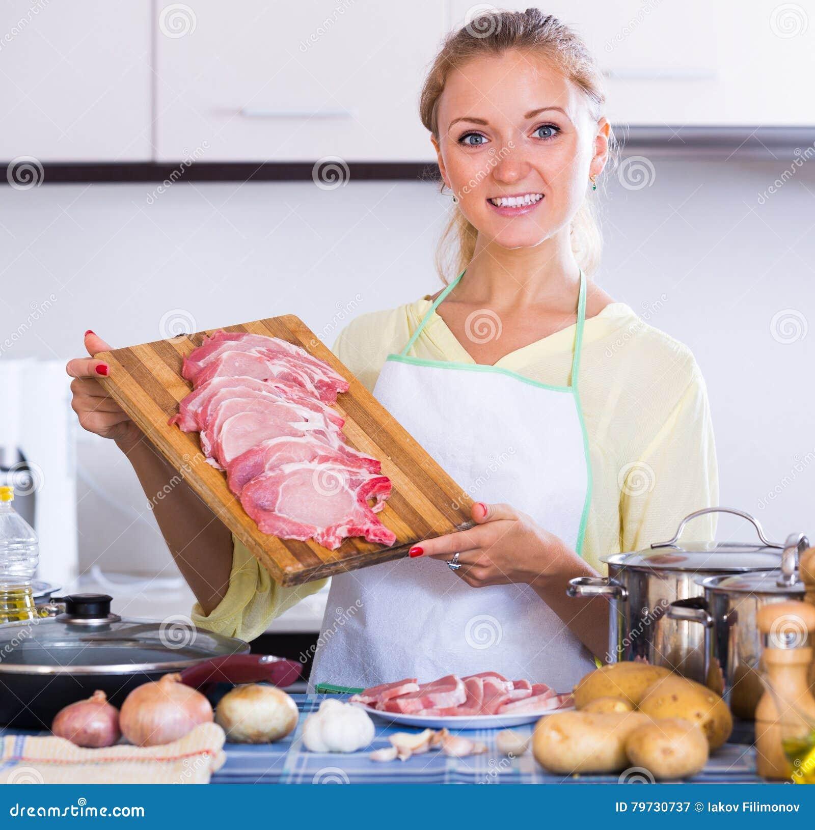Ama de casa que cocina con la carne