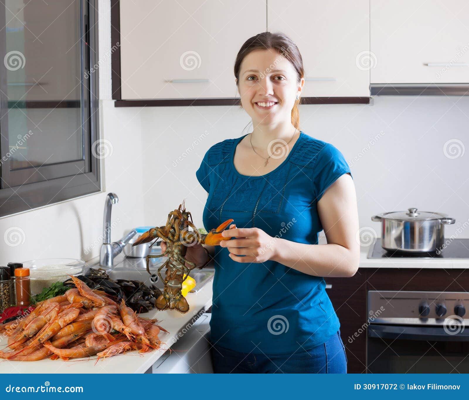 Ama de casa que cocina especialidades del marisco foto de - La cocina en casa ...