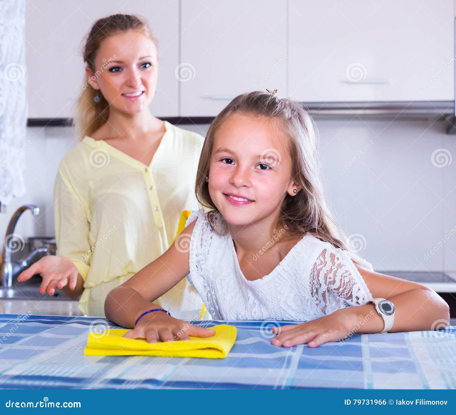 Ama de casa y muchacha que limpian junto