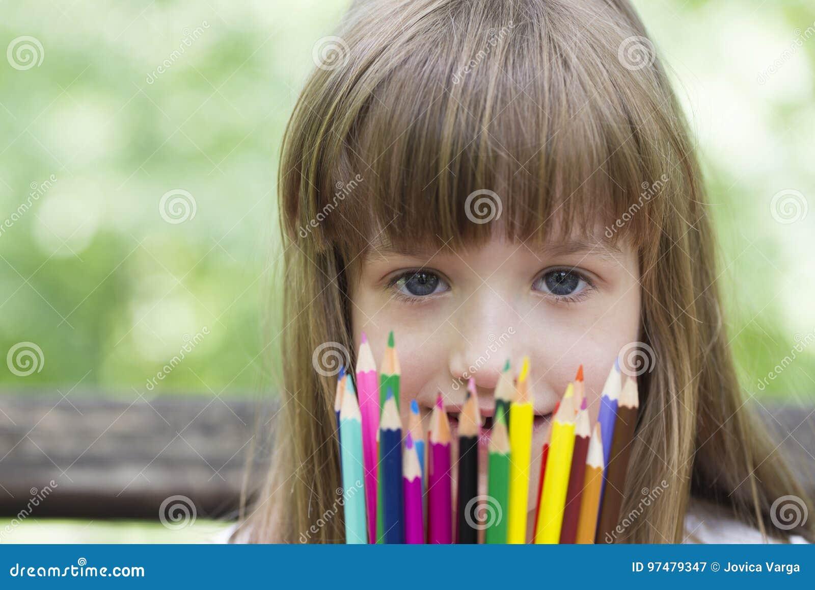 Ama disegnare e colorare con i pastelli
