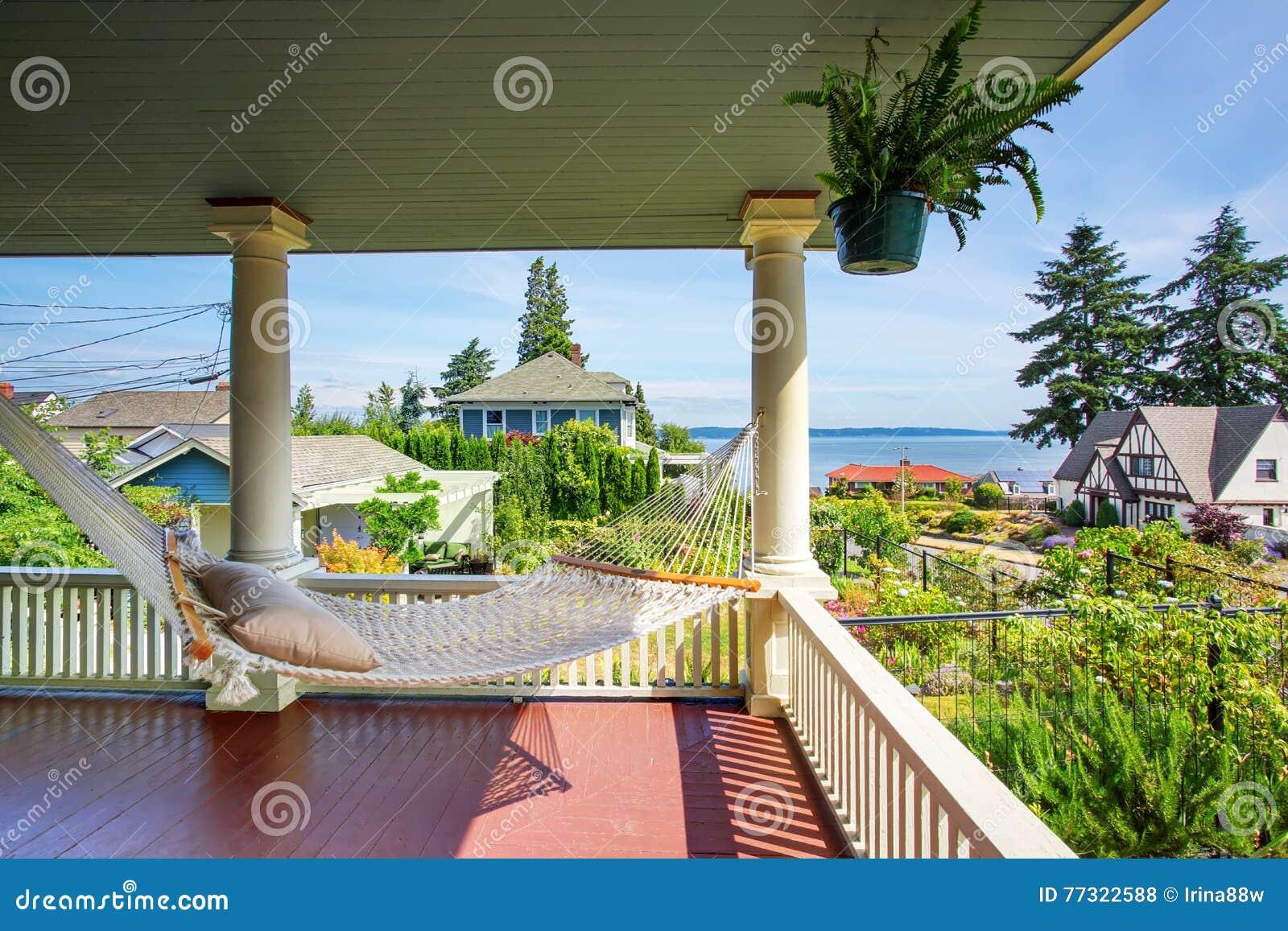 Amaca al portico di legno dell 39 uscire in segno di for Migliori piani di casa artigiano