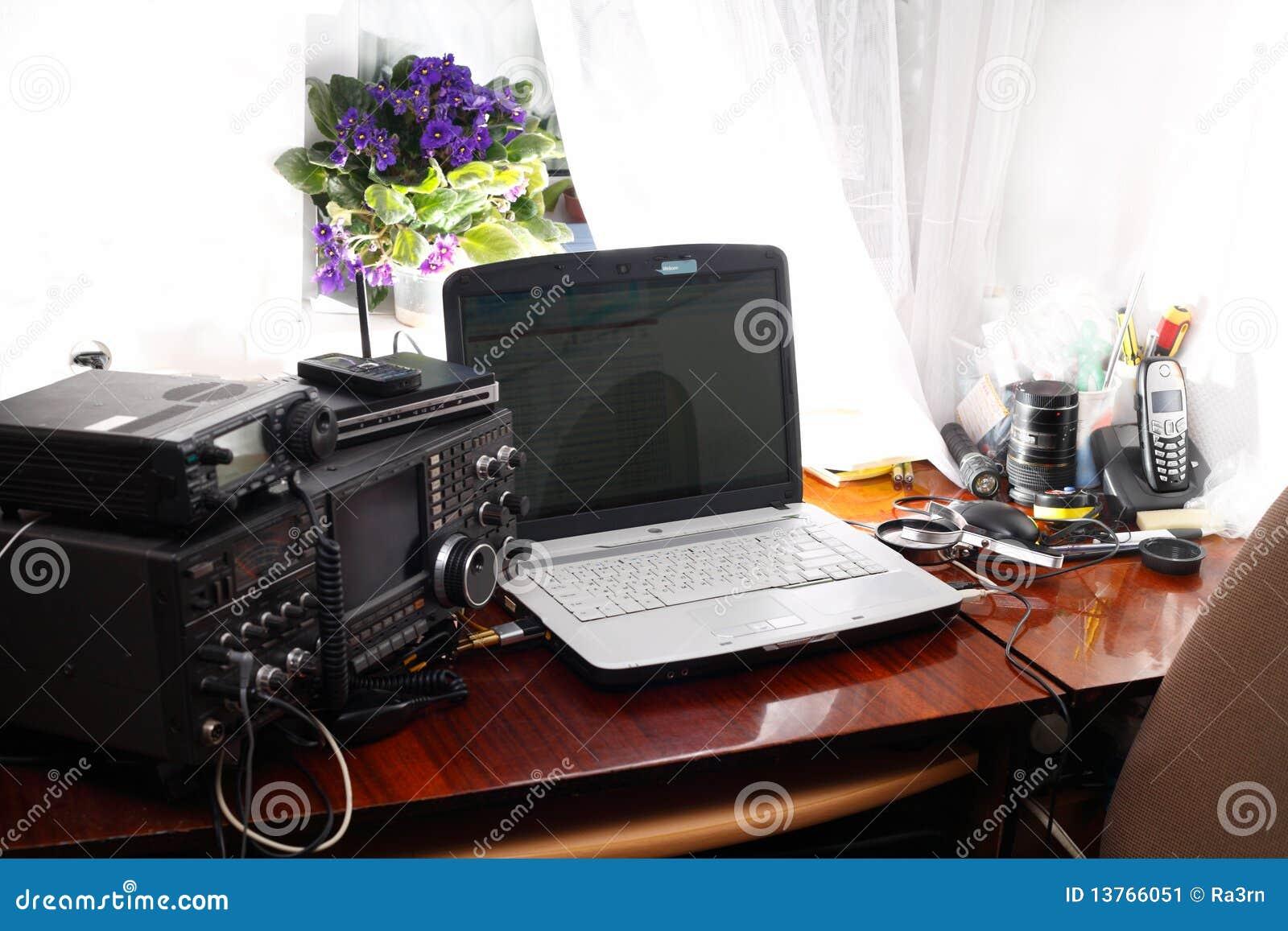 Amador de rádio do local de trabalho