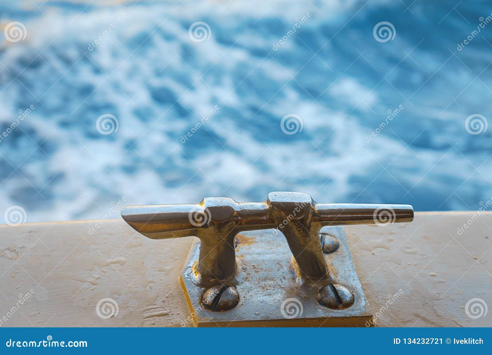 Amaizingsmening van de rug van de boot op turkooise golven van overzees Adriatische Overzees dichtbij stad Dubrovnik in Kroatië H