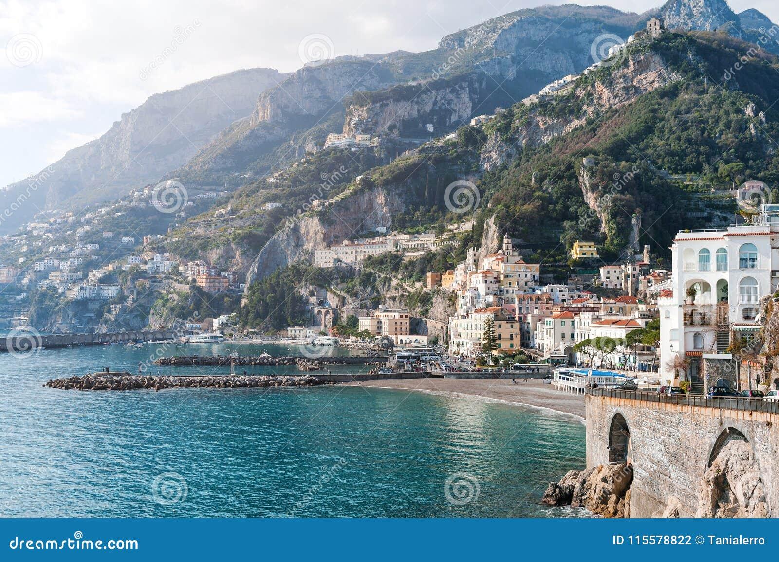 Amalfi overzees, strand en bergen toneelmening - Amalfi kust, Italië, Europa
