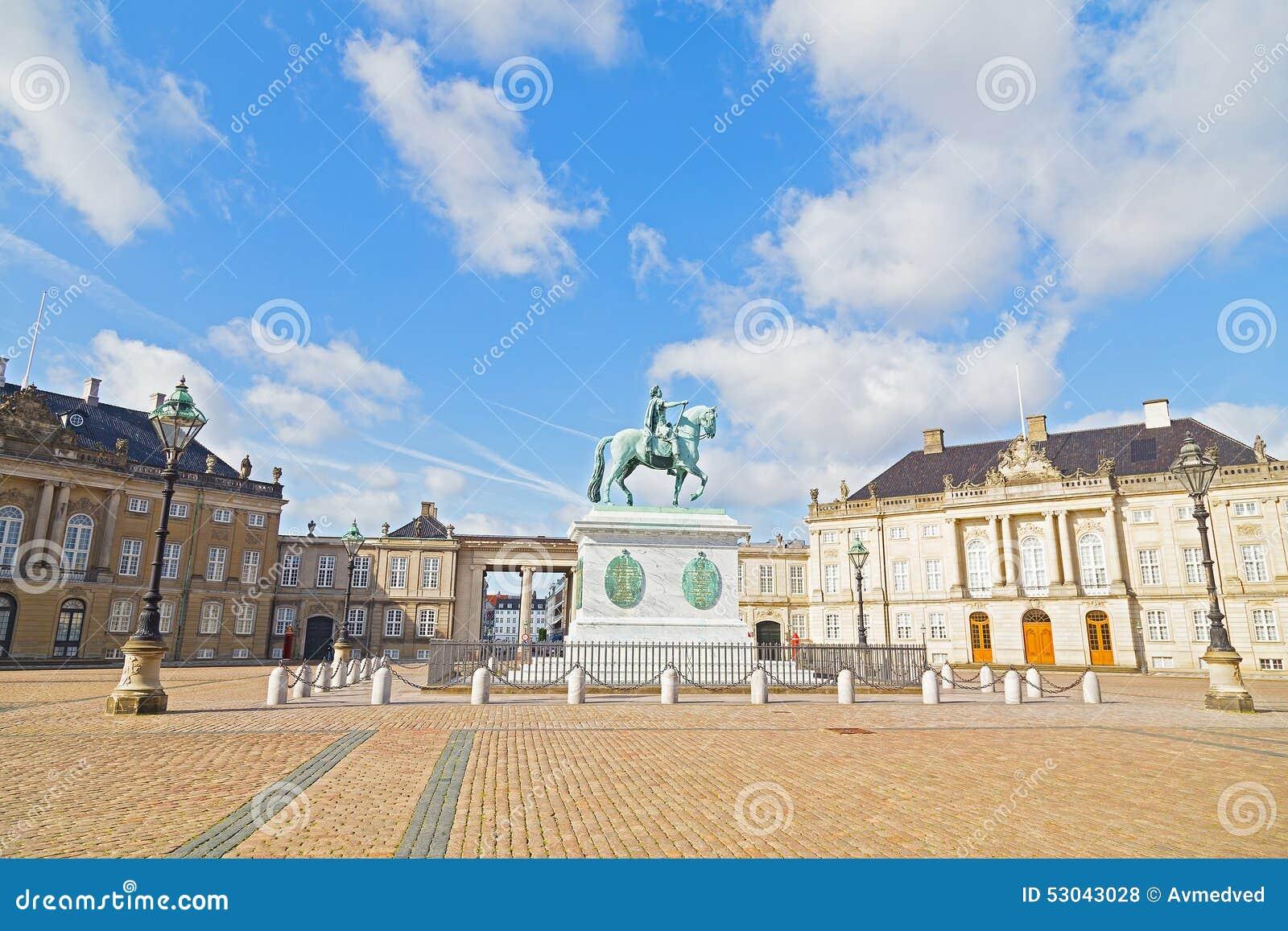 Amalienborg-Palast mit einem achteckigen Hofquadrat und Statue in Kopenhagen, Dänemark