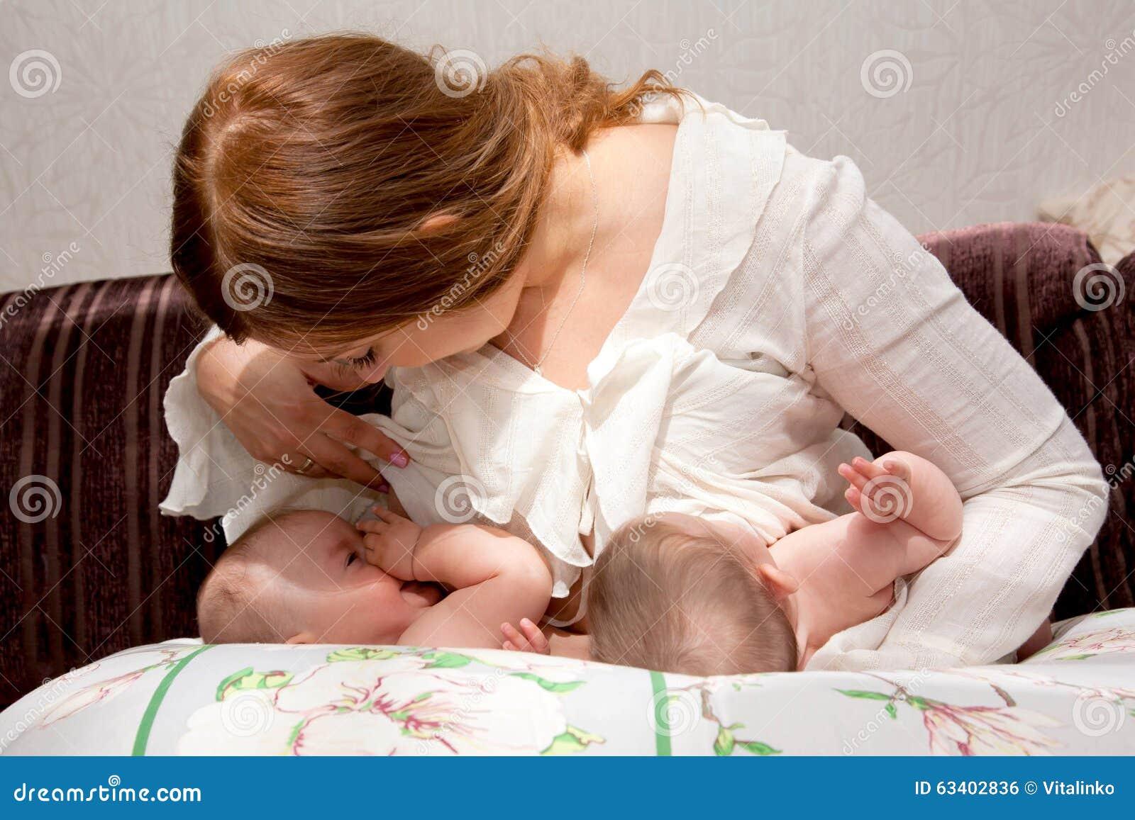 Amamentando bebês gêmeos com dispositivo para alimentar