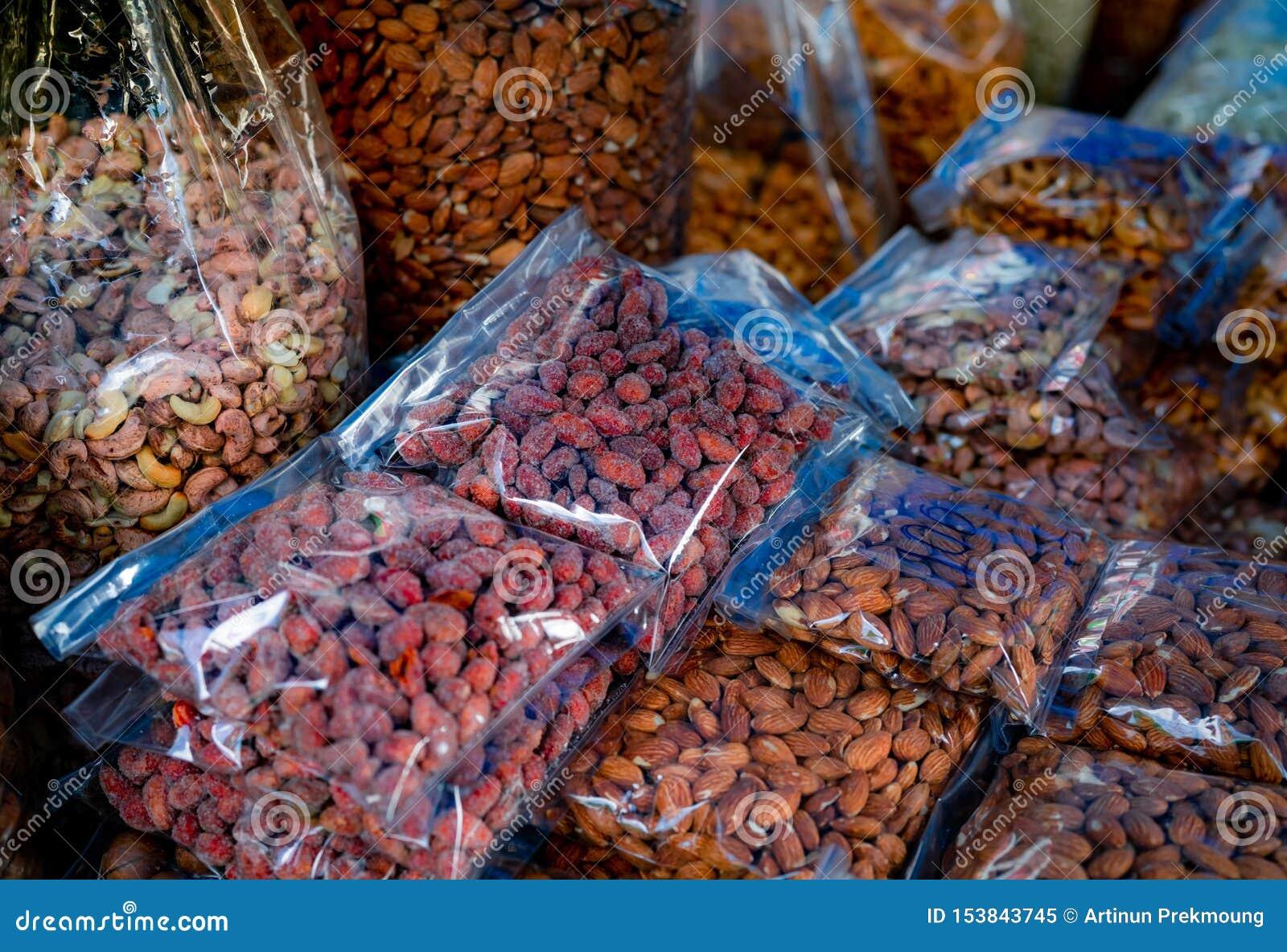 Amandelen en cashewnoten in plastic zak bij de markt Gezond voedsel Hoog - eiwitvoedsel voor geschiktheid of intermitterende vast