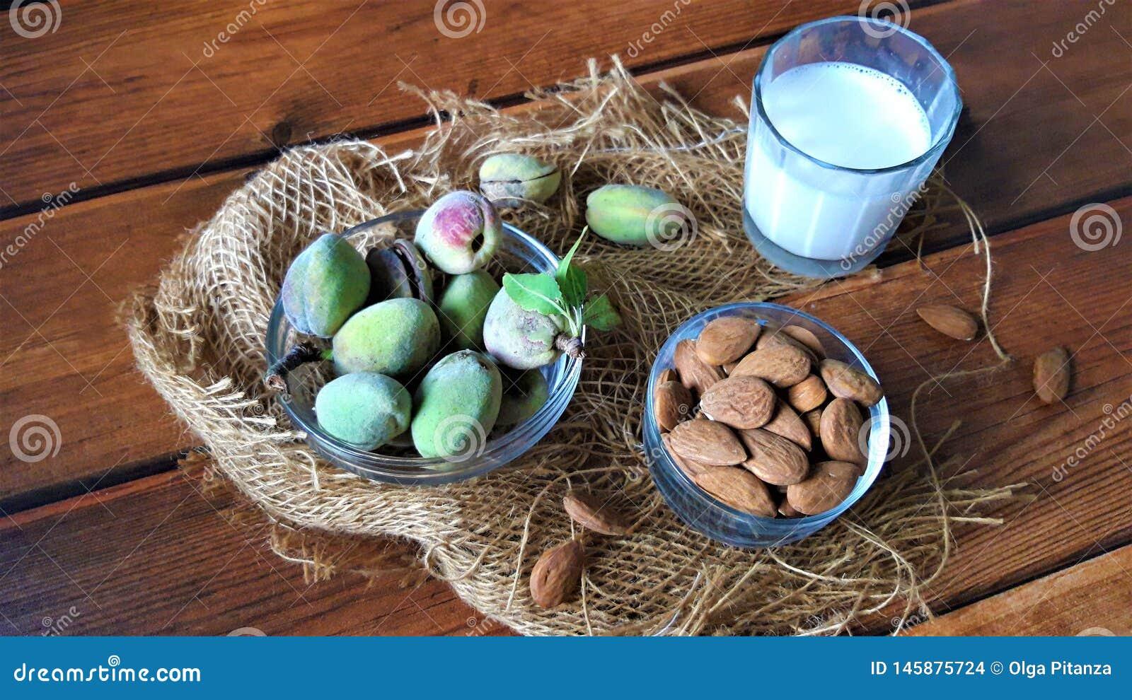 Amandes et lait frais sur le bois