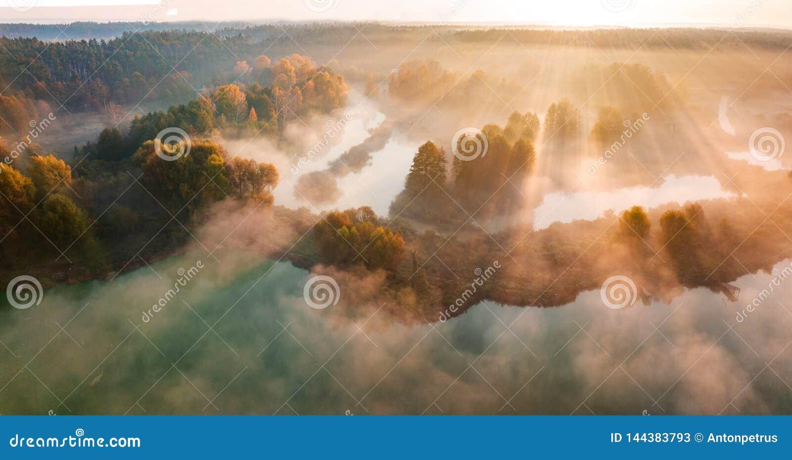 Amanecer brumoso hermoso Vuelo sobre las nubes, visión aérea