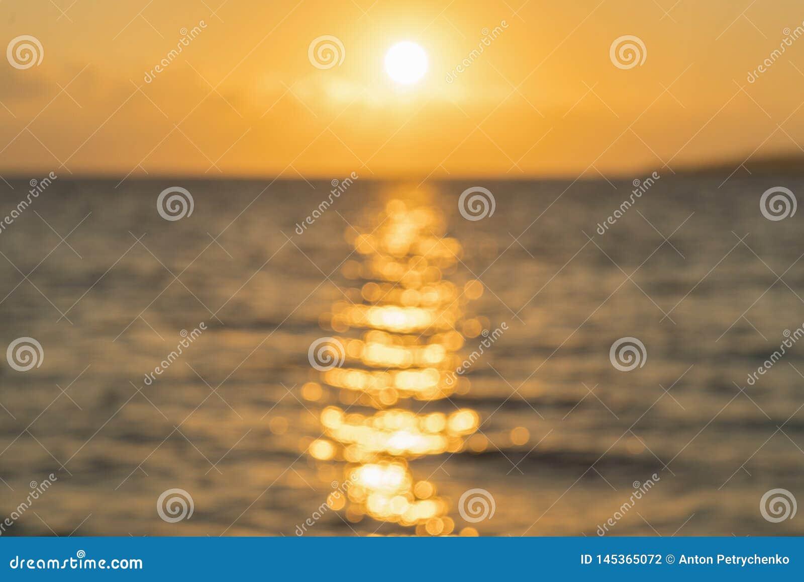 Amanecer colorido sobre el mar, puesta del sol Puesta del sol m?gica hermosa sobre el mar blurry