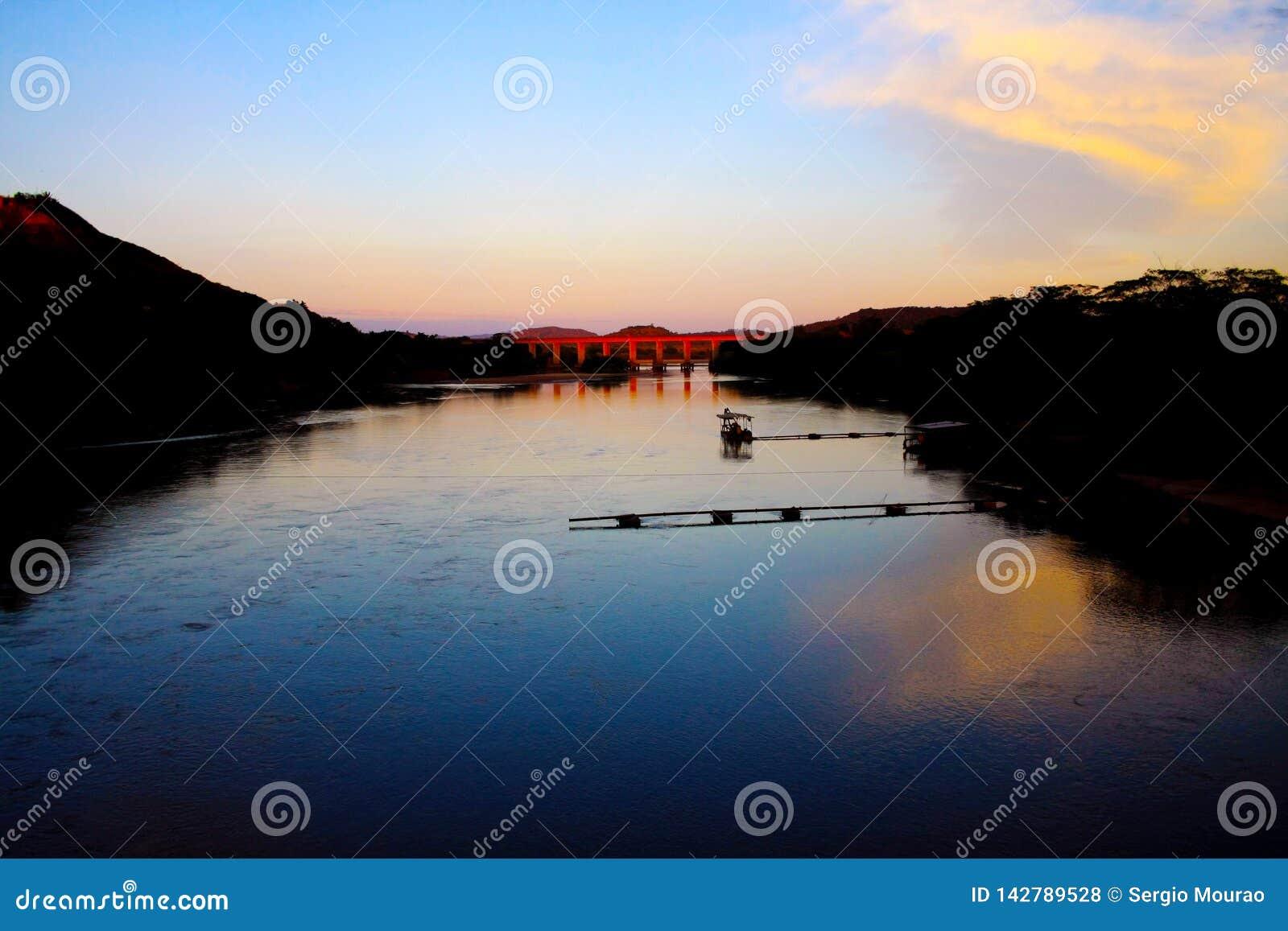 Amanecer en el río Santo Antonio en Minas Gerais, el Brasil