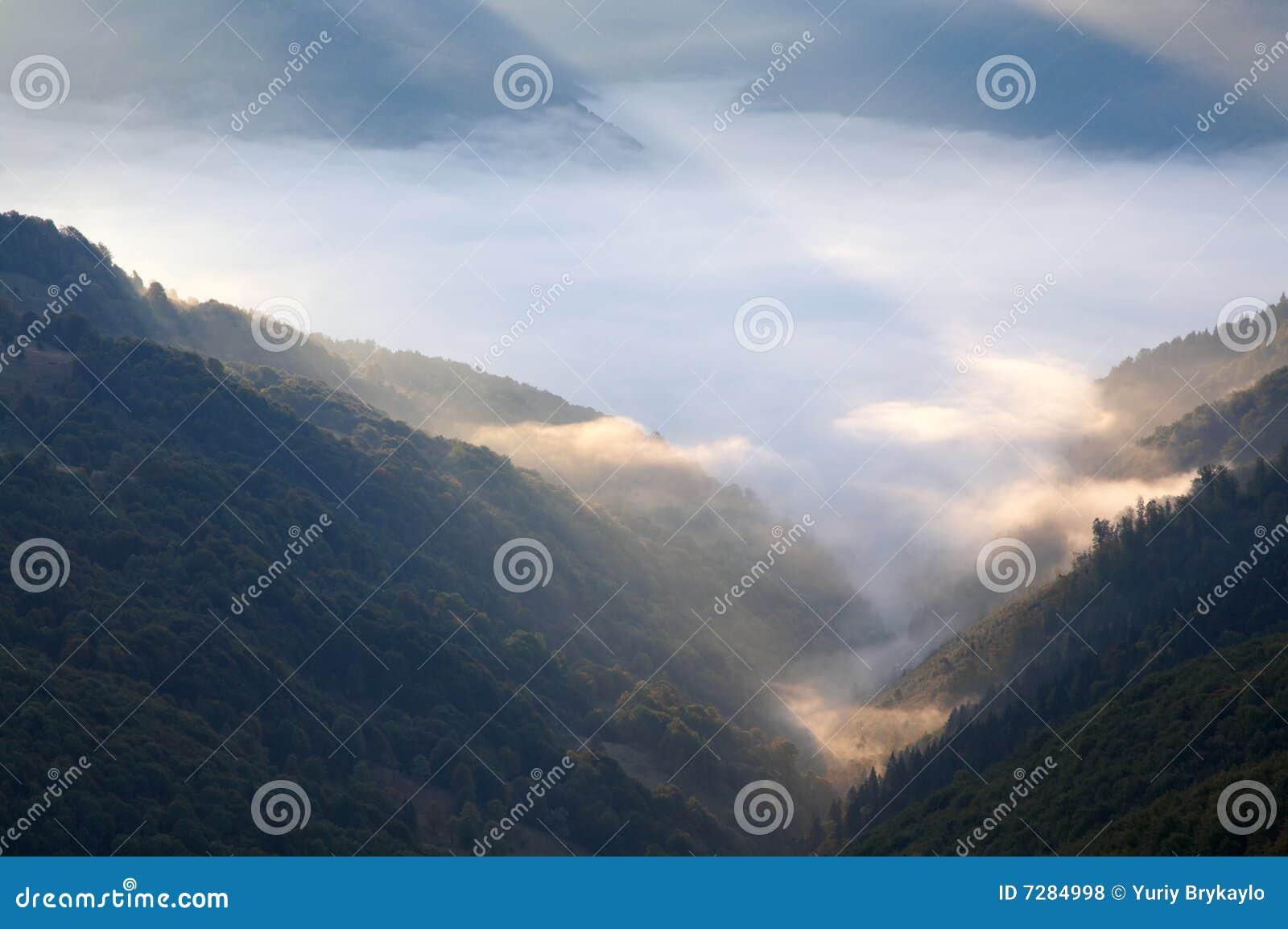 Amanecer nebuloso de la montaña