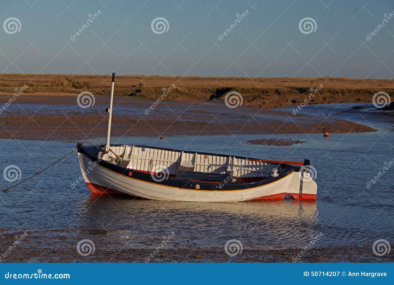 Amanhecer, marés para fora, cena velha do barco