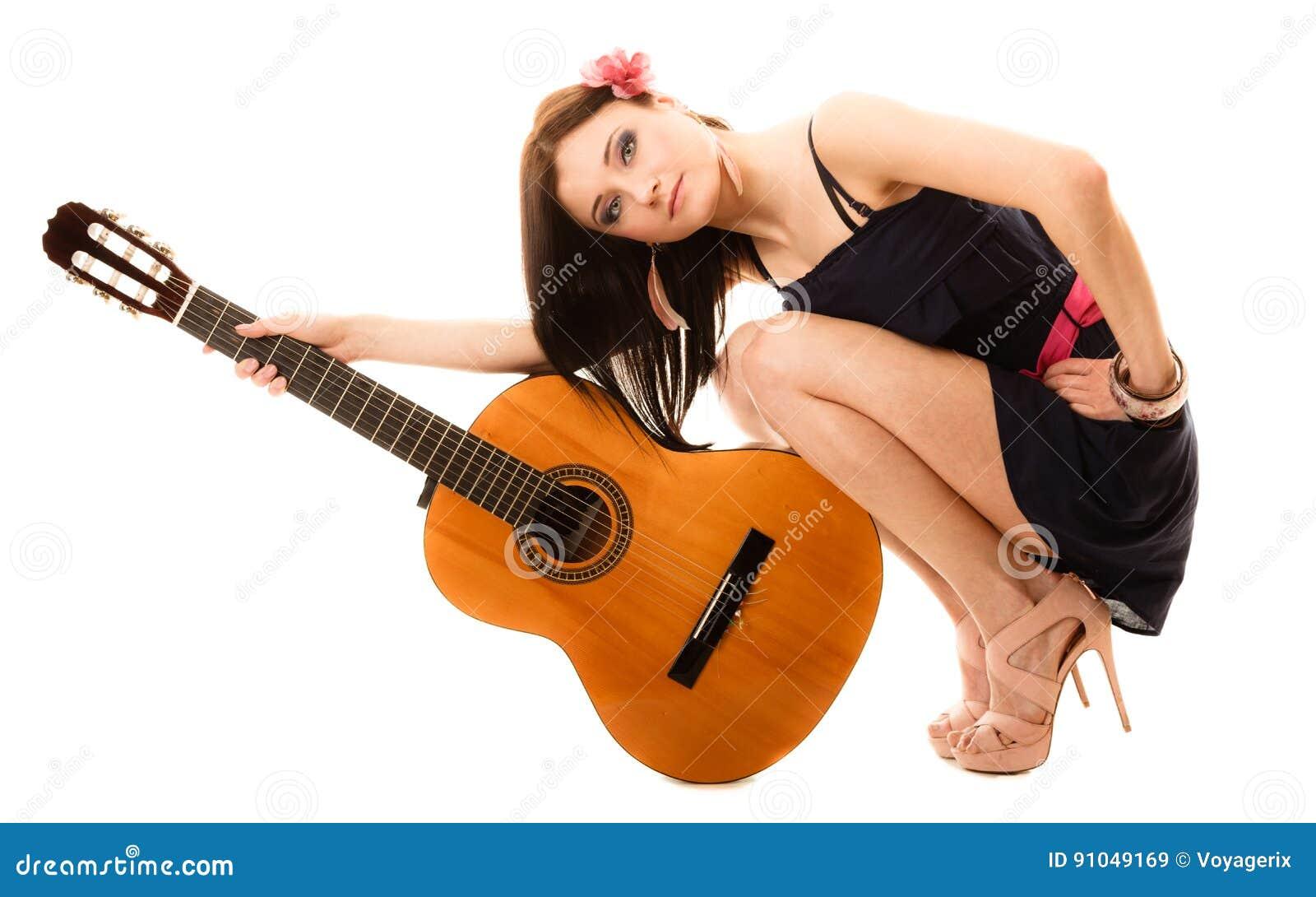 Amante de la música, muchacha del verano con la guitarra aislada