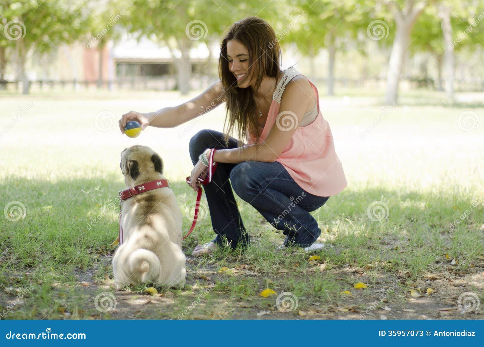 Amante hermoso del animal doméstico y su perro