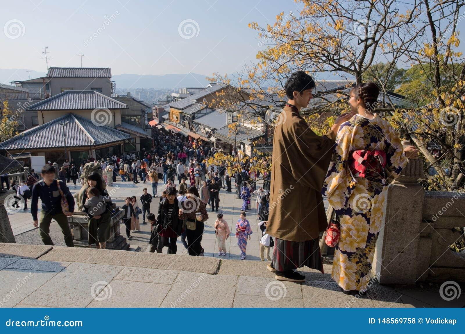 Amantes en el centro apretado de Kyoto, Jap?n