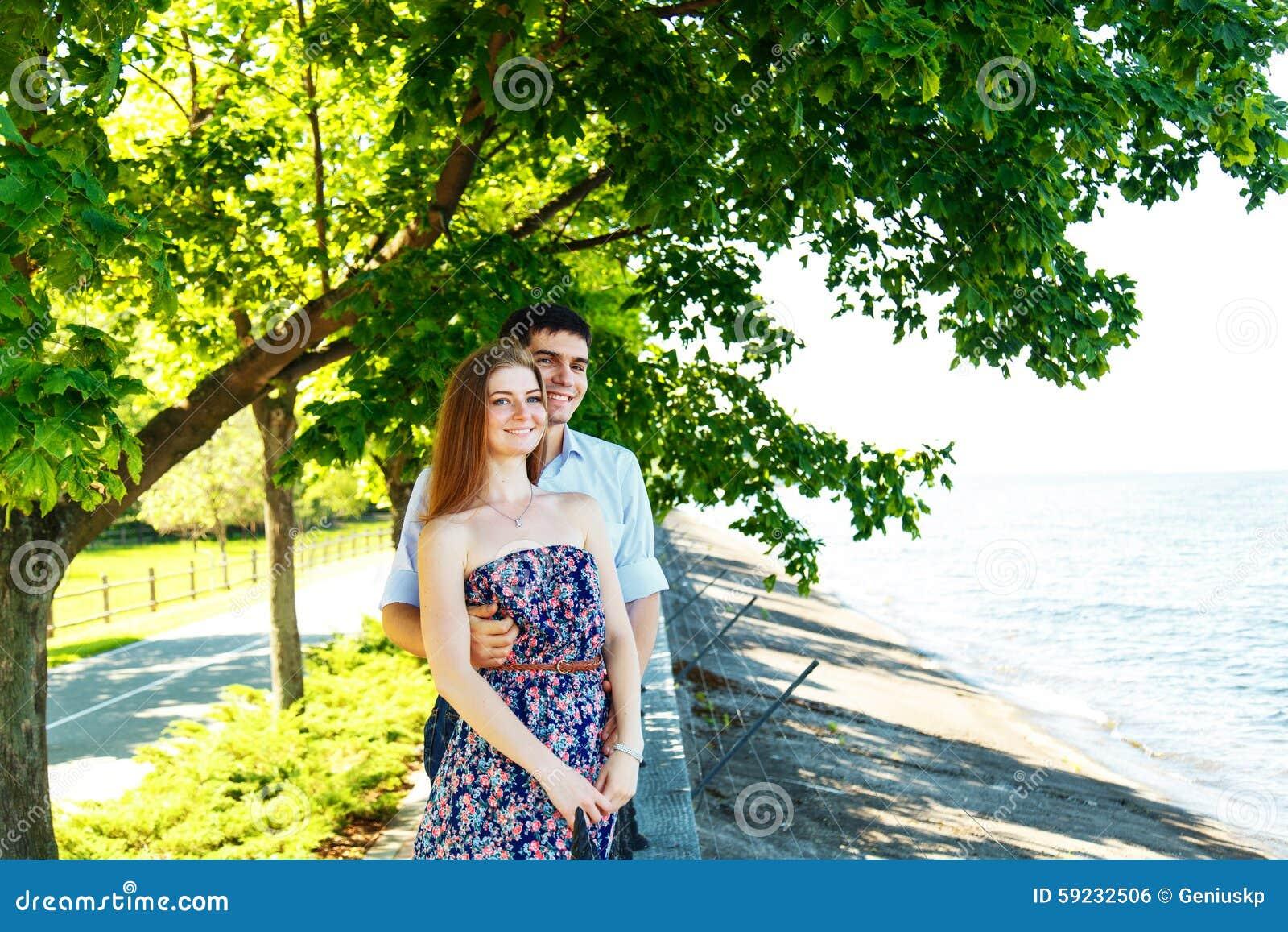 Amantes hombre joven y mujer