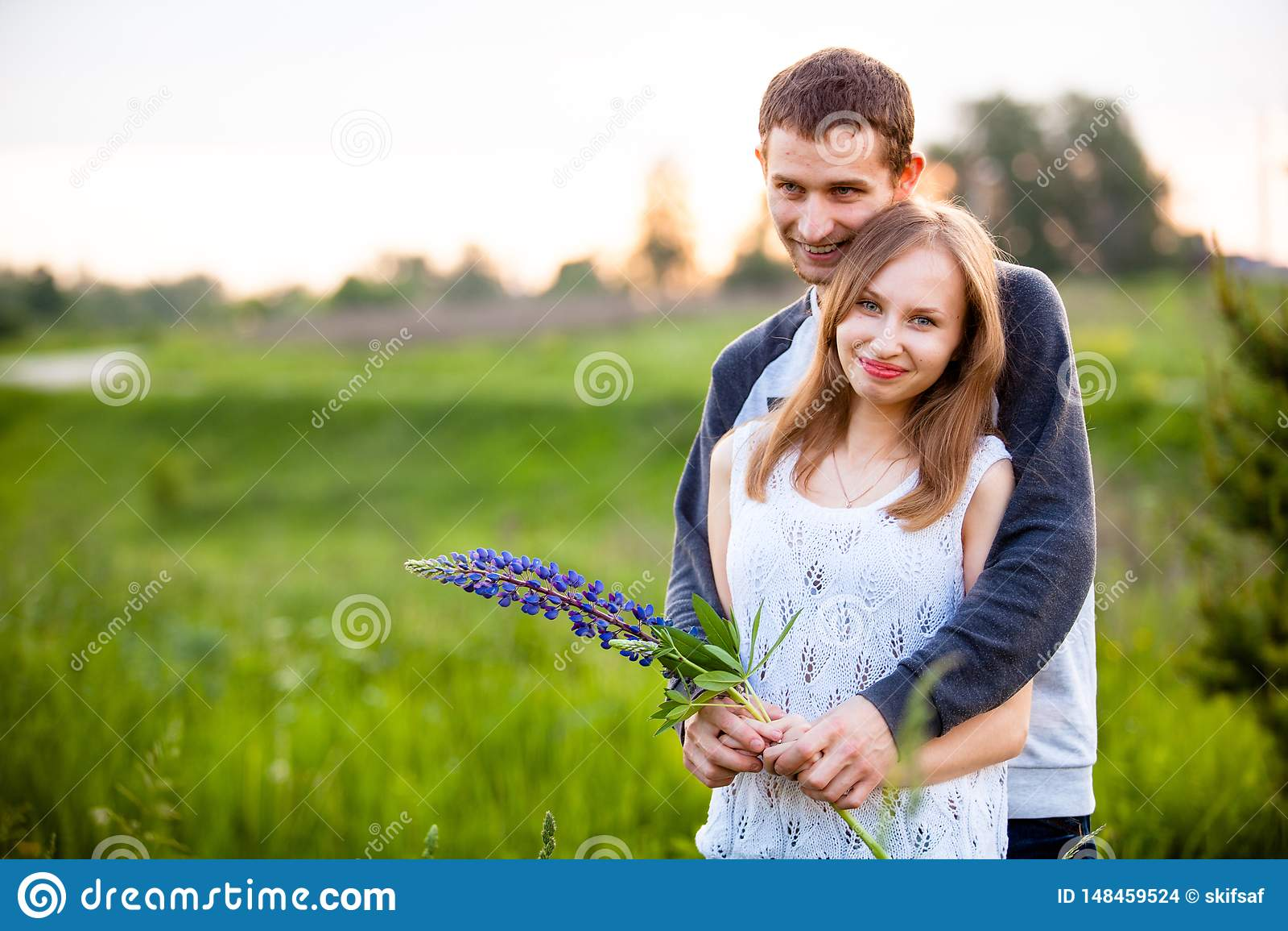 Amantes que abrazan en los altramuces