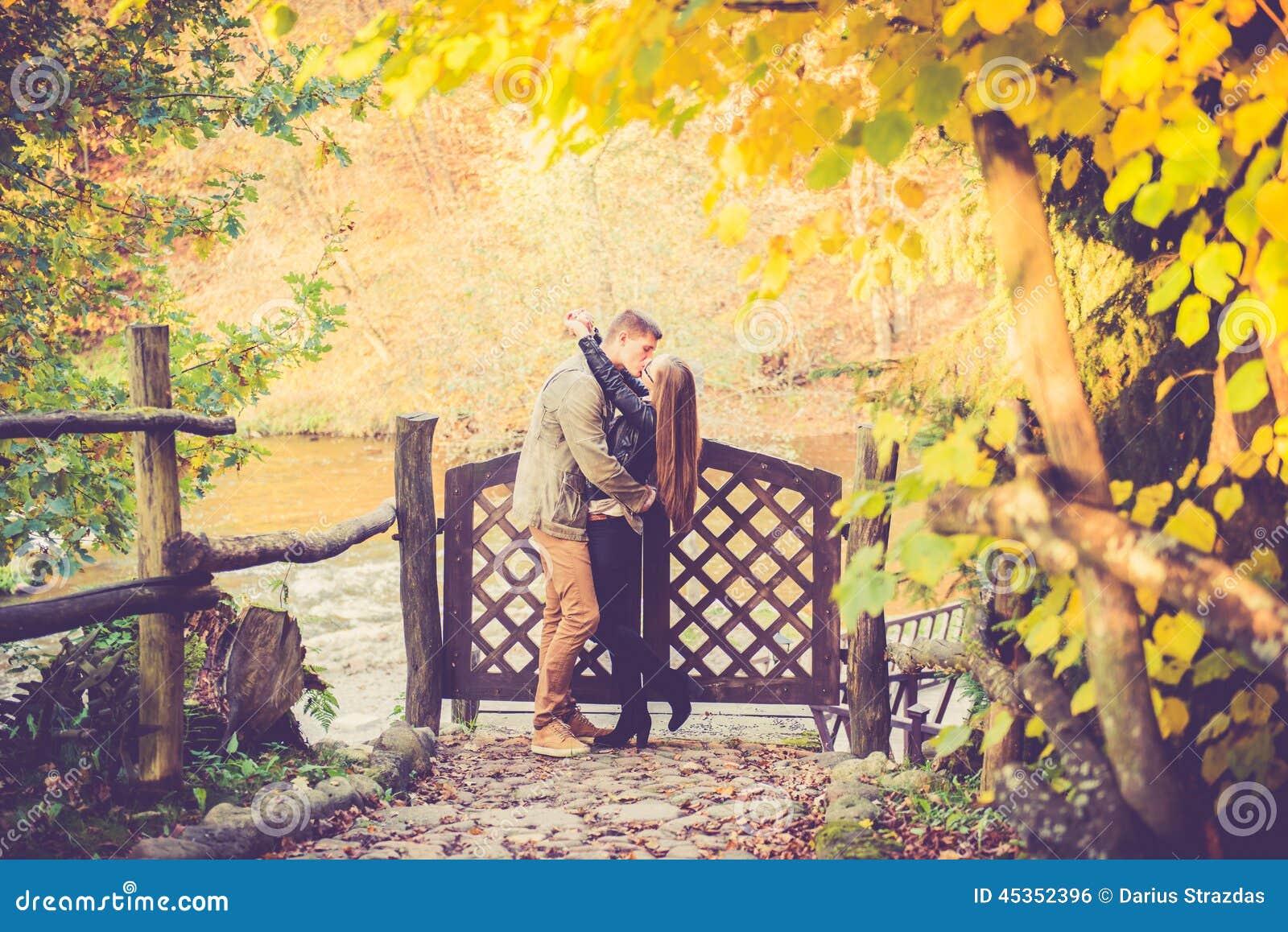 Amants embrassant dans la chute