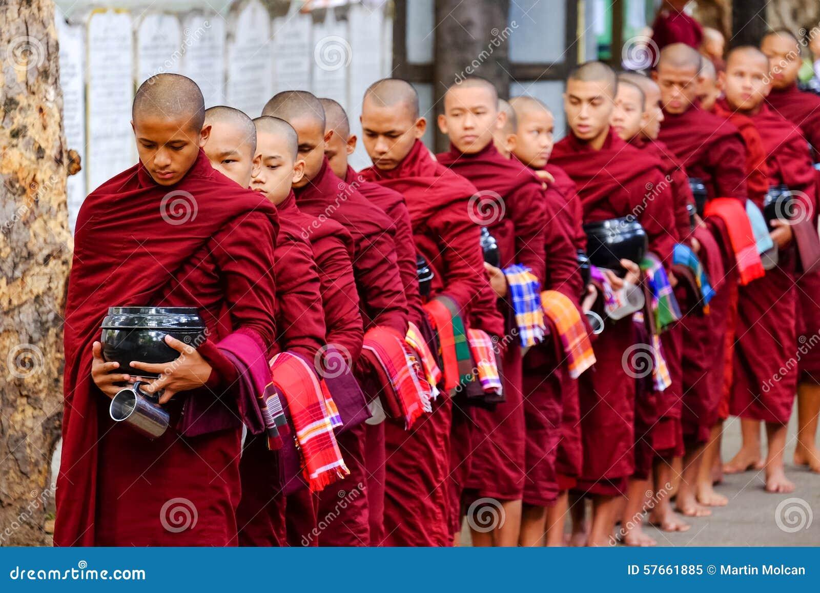 AMARAPURA MYANMAR, CZERWIEC, - 28, 2015: Mnich buddyjski kolejka dla lun
