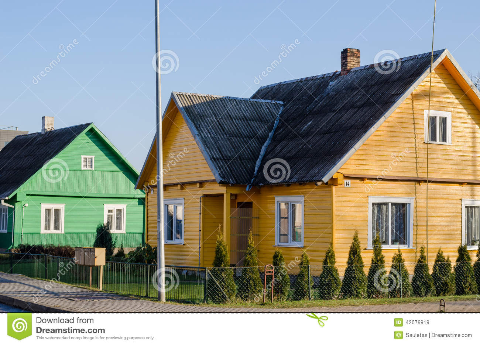 Amarelo verde rural casas pintadas ao longo da rua foto de - Fachadas de casas pintadas ...