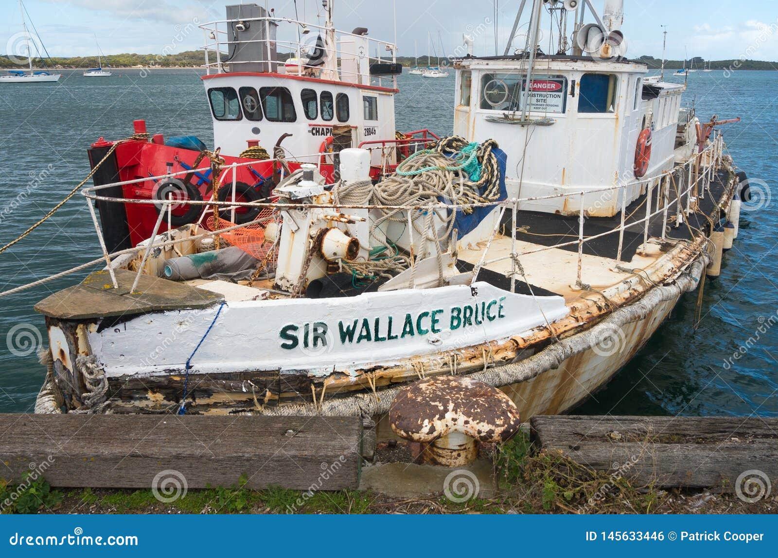 Amarrage de barge de travail dans le port