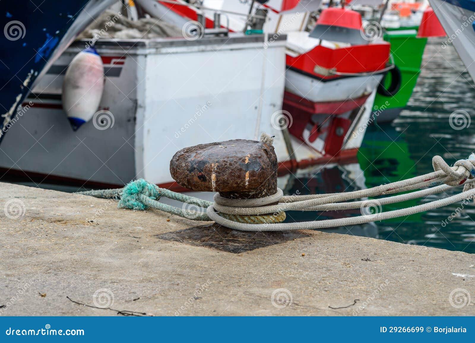 Amarrage de bateau dans le port espagnol