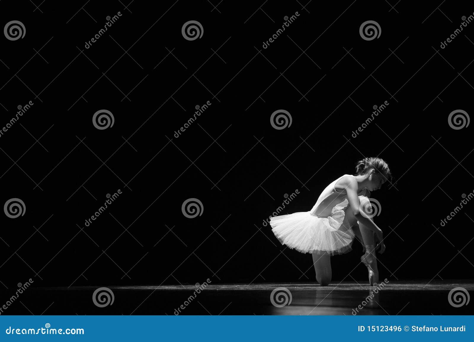 Amarrando sapatas de bailado antes de executar