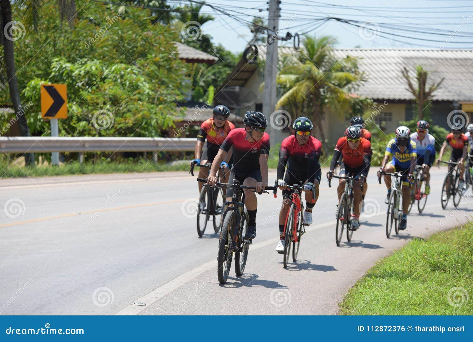 Amatörmässig cyklist som de konkurrerar i ett välgörenhetprogram