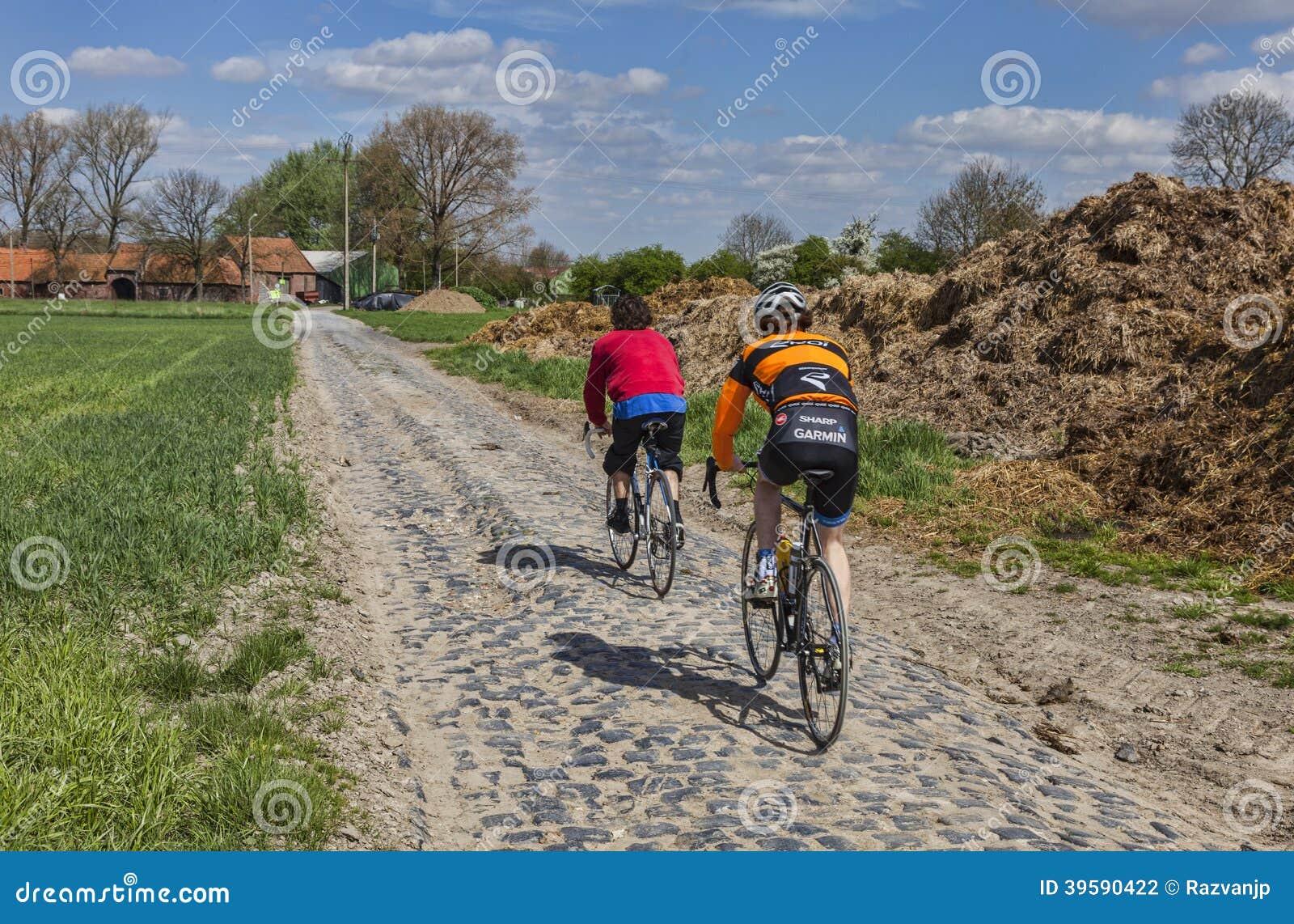 Amatorscy cykliści na brukowiec drodze