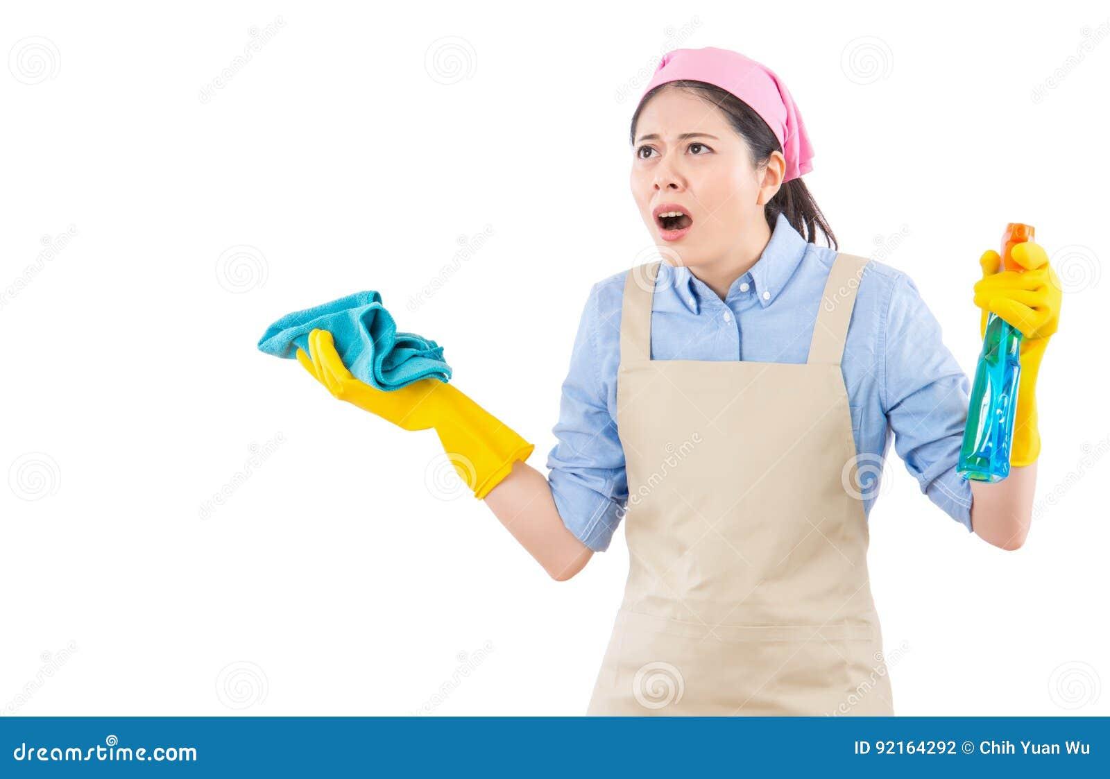 Amazed ha colpito la donna con i guanti di pulizia