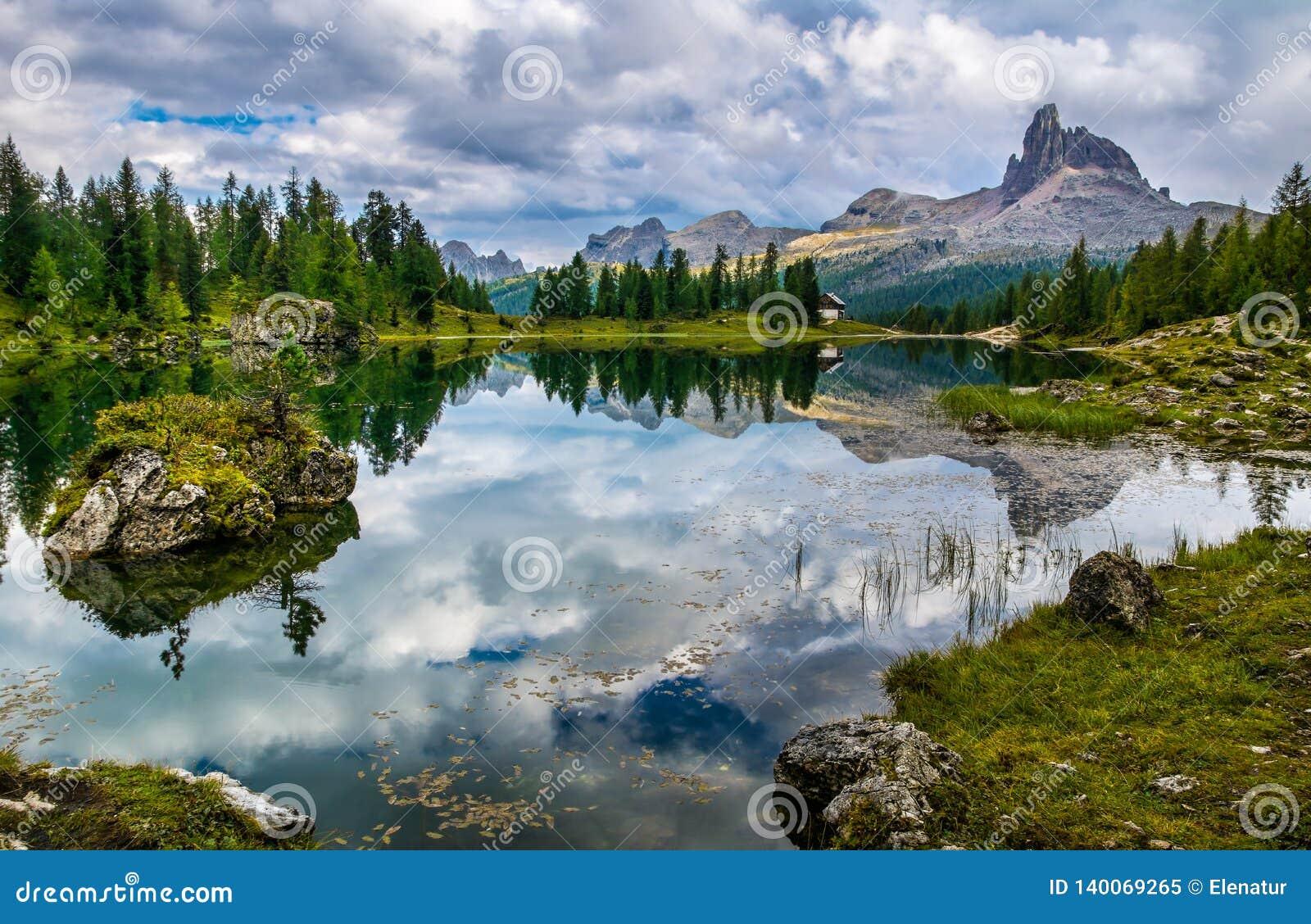 Amazing Lago Di Federa See avec la belle réflexion Le paysage majestueux avec des dolomites font une pointe, Cortina d Ampezzo, T