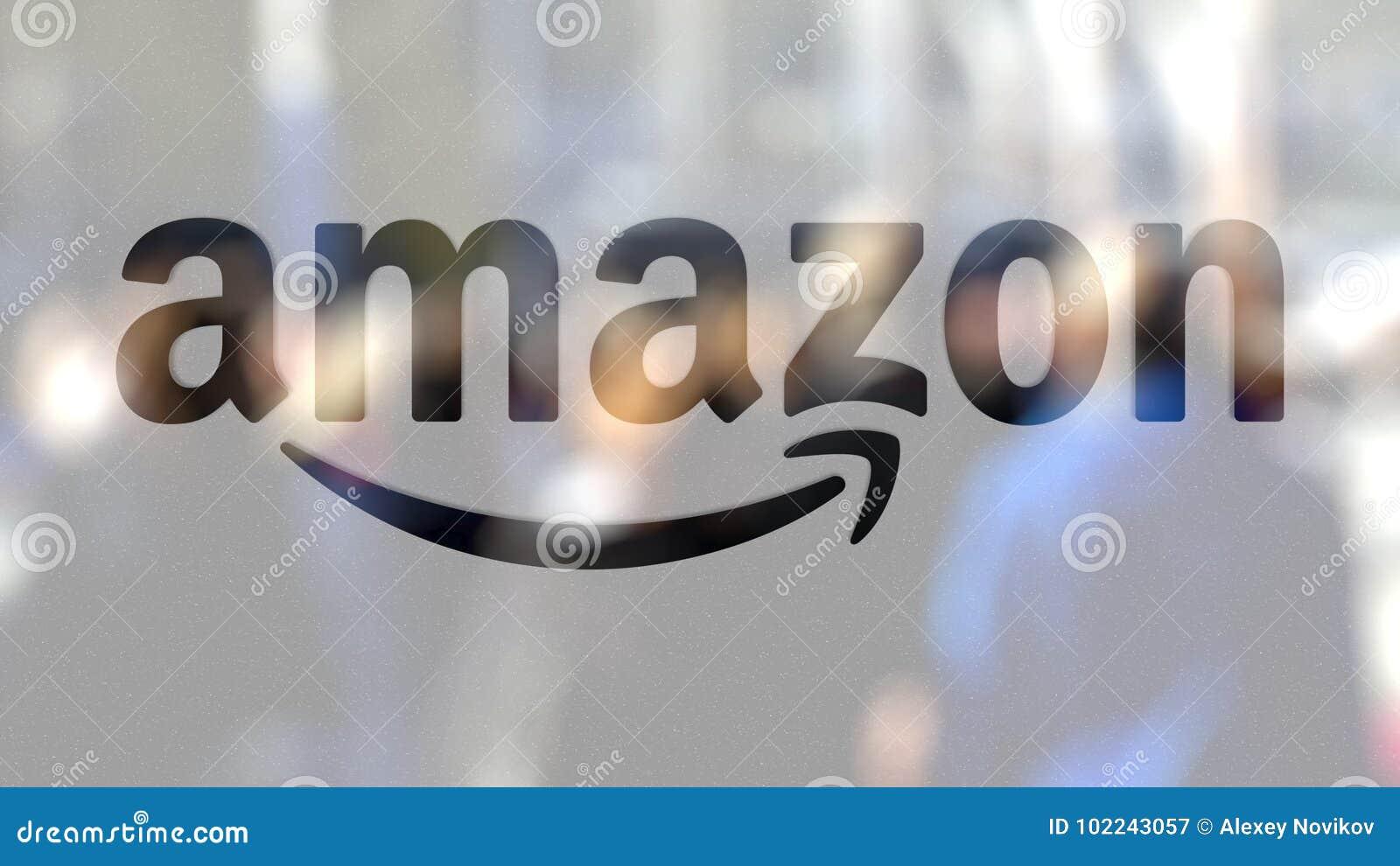 Amazon logotipo de COM sobre un vidrio contra la muchedumbre borrosa en el steet Representación editorial 3D