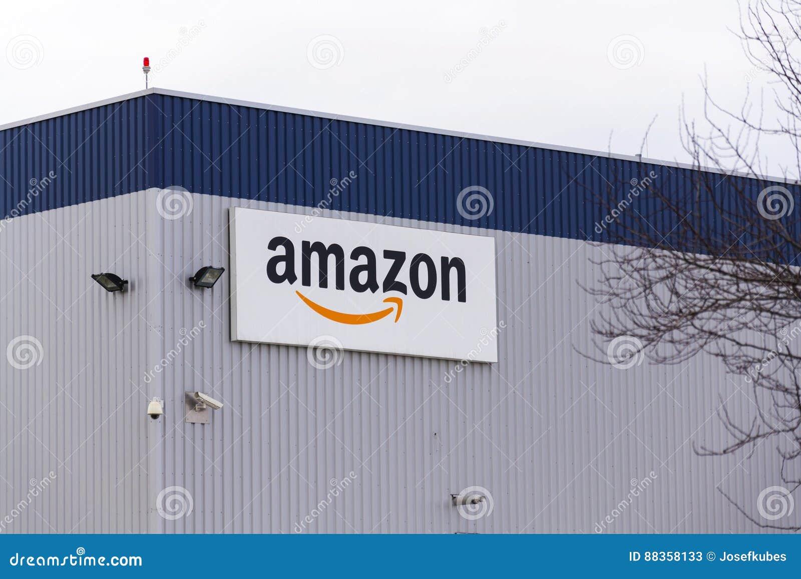 Amazonka elektronicznego handlu firmy logo na logistykach buduje na Marzec 12, 2017 w Dobroviz, republika czech