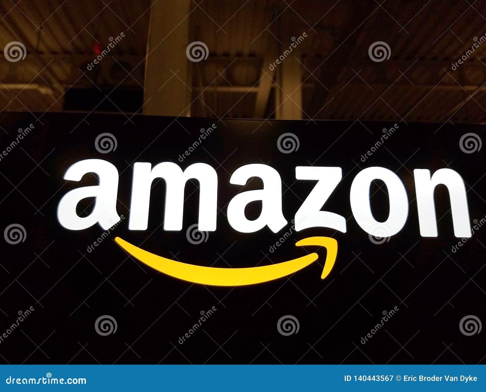 Amazonka logo na czarnej błyszczącej ścianie w Honolulu Best Buy sklepie