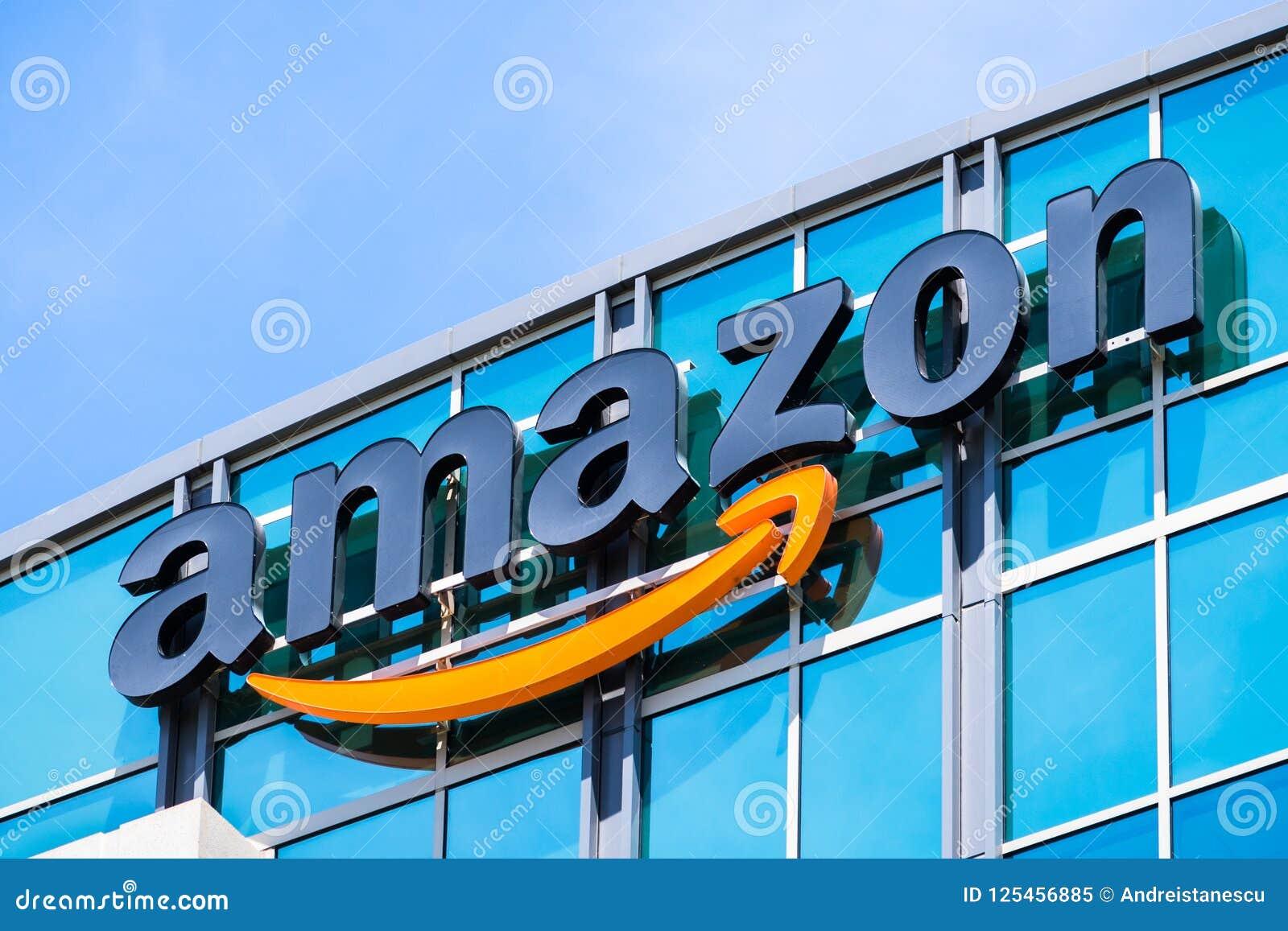 Amazonka logo na fasadzie jeden ich budynki biurowi
