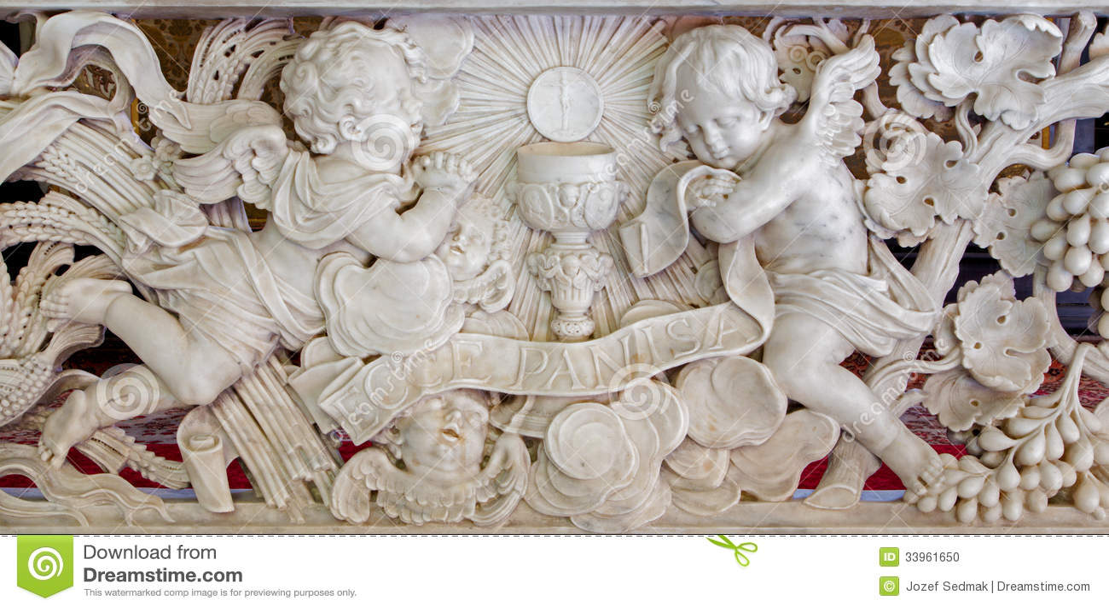 Amberes - alivio barroco en mármol. Deferencia de los ángeles para el eucharist en la iglesia del St. Jacobs (Jacobskerk)