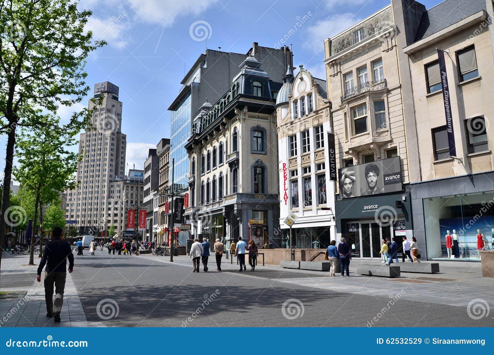 Amberes, Bélgica - 10 de mayo de 2015: Turista en el Meir, la calle principal de las compras de Amberes