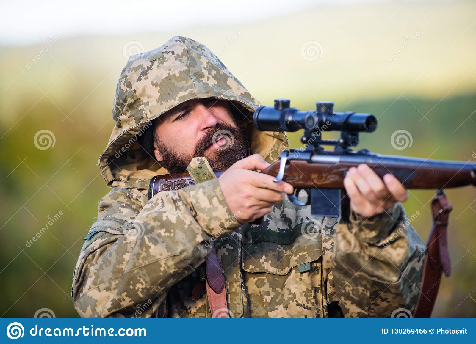 Ambiente da natureza da caça do indivíduo Fundo farpado da natureza do rifle do caçador A experiência e a prática emprestam a caç