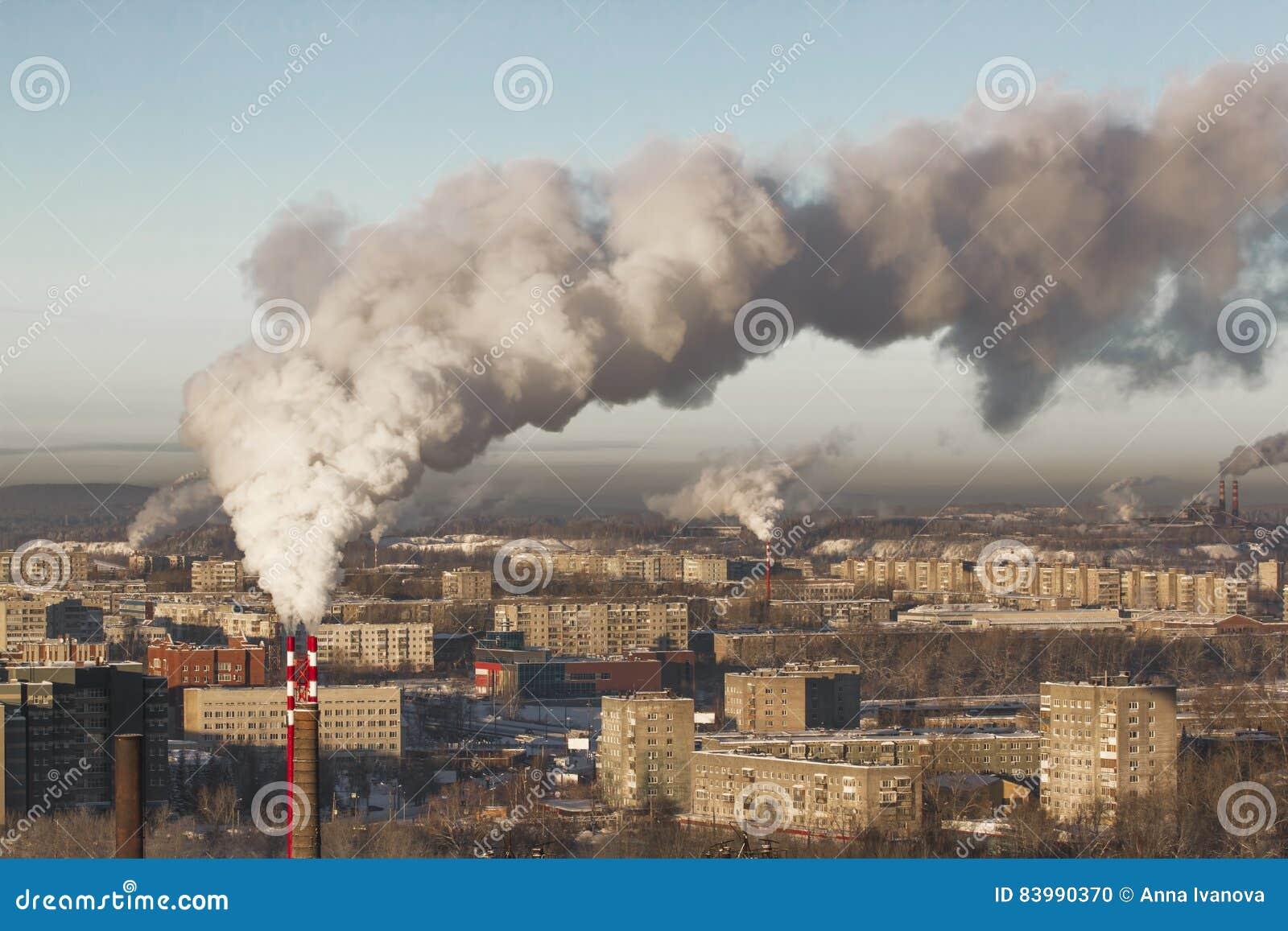 Ambiente pobre na cidade Desastre ambiental Emissões prejudiciais no ambiente Fumo e poluição atmosférica