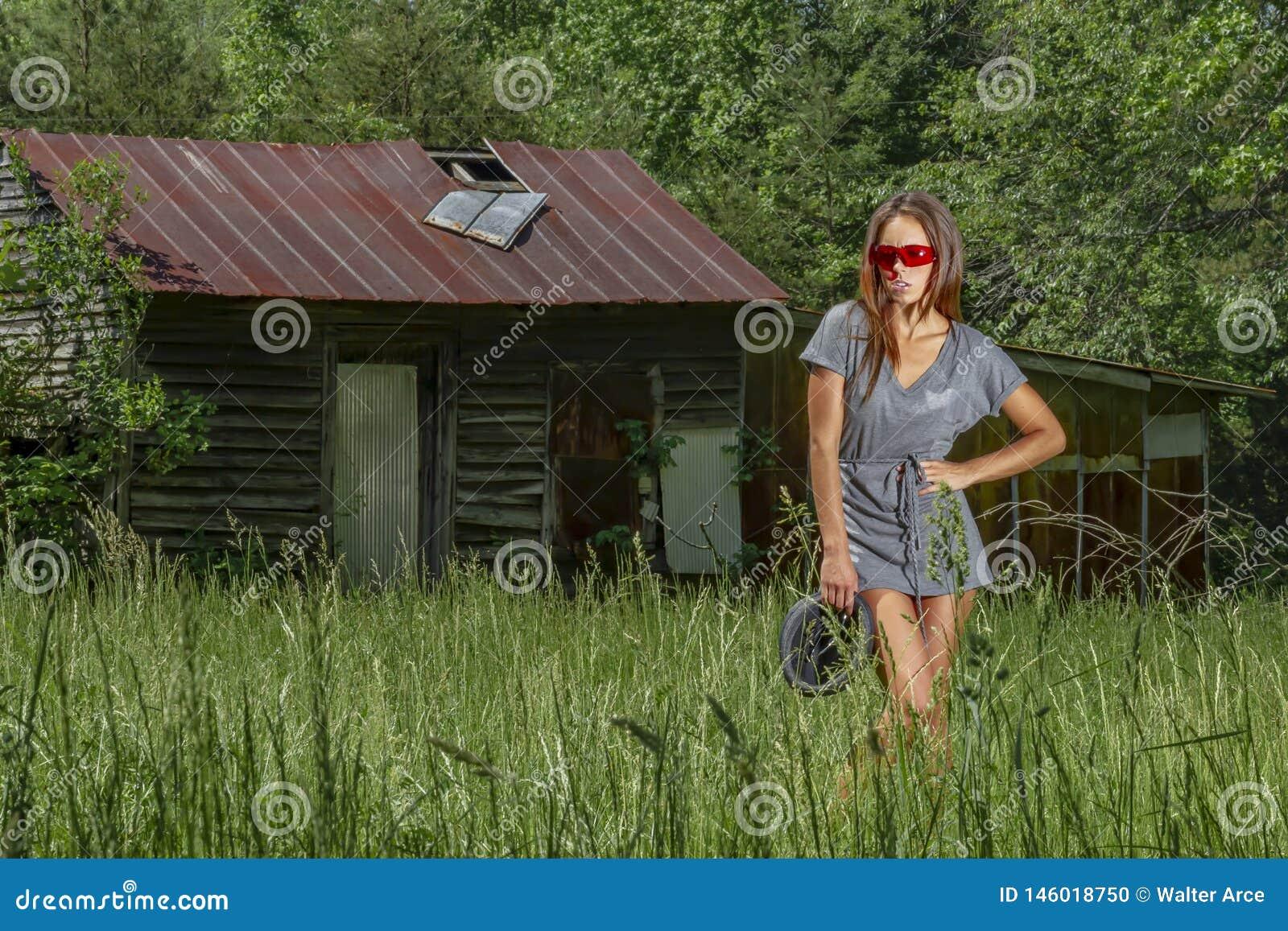Ambiente rural moreno bonito de Posing Outdoors In A do modelo do biquini
